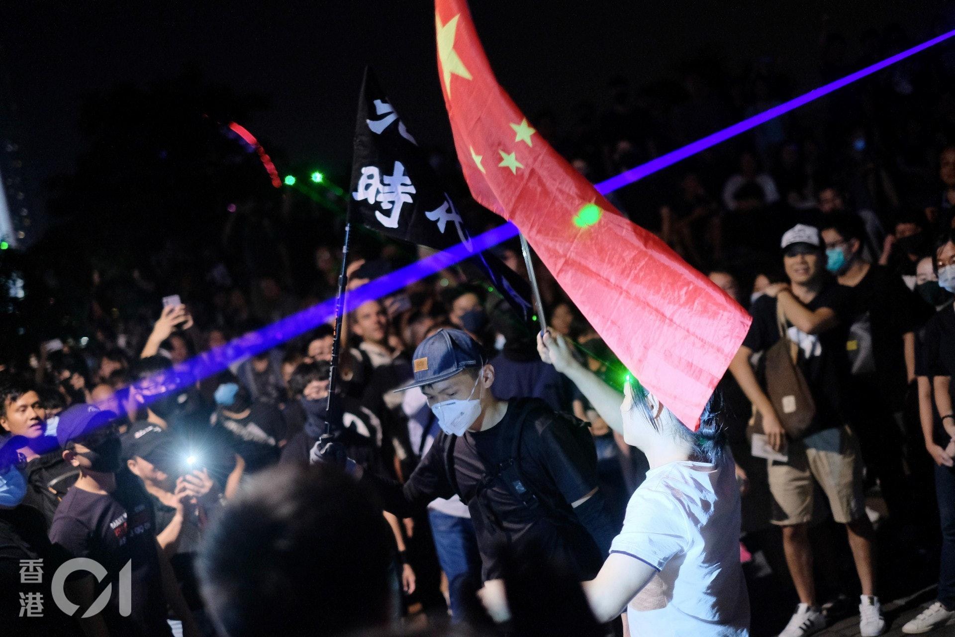 2019年9月28日,傘運五周年集會中有人持中國國旗「踩場」,參加者以鐳射筆「反擊」,結果持國旗男子被「私了」,送院治療。(歐嘉樂攝)