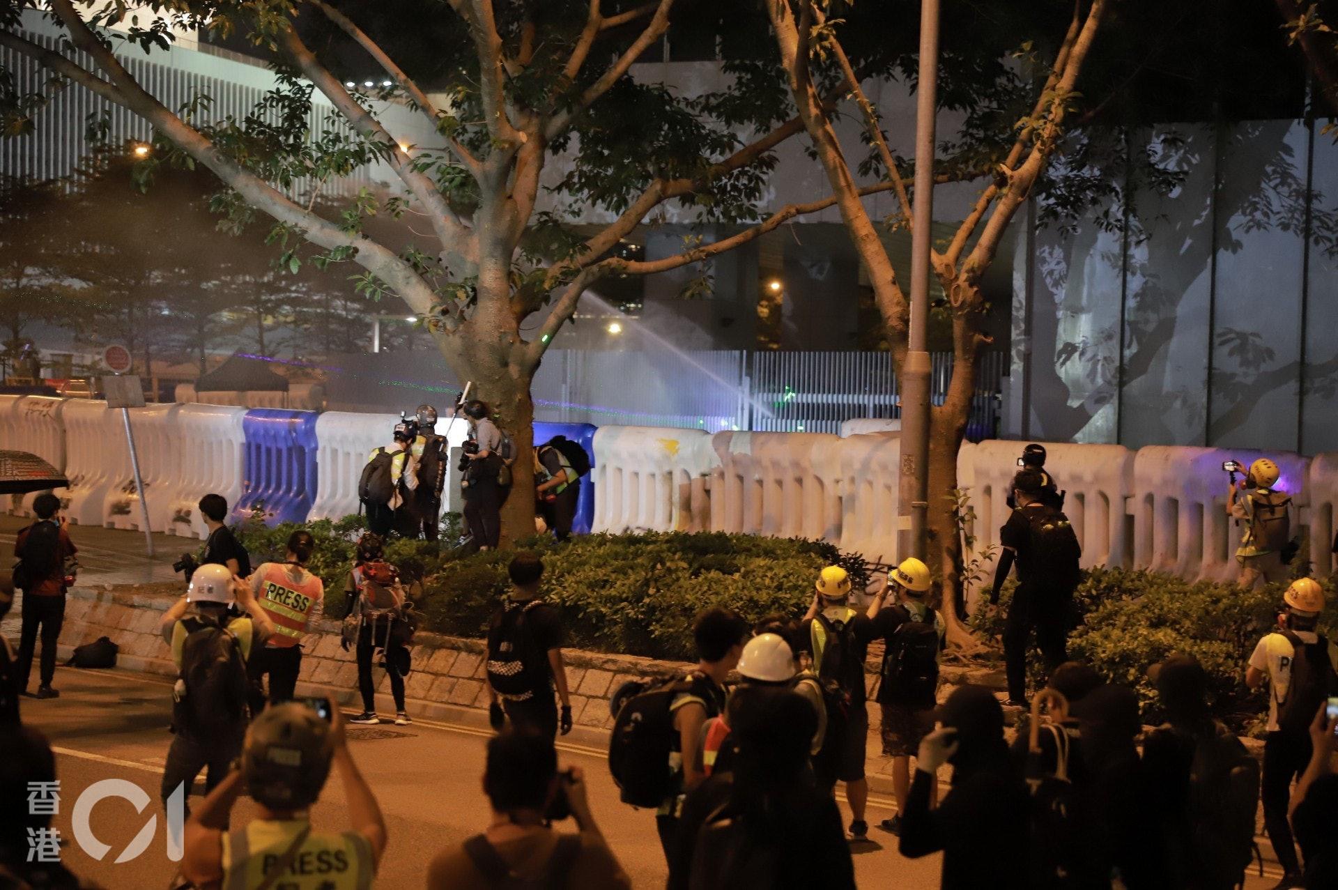 2019年9月28日,警方在特首辨內施放胡椒水驅散示威者。(羅國輝攝)