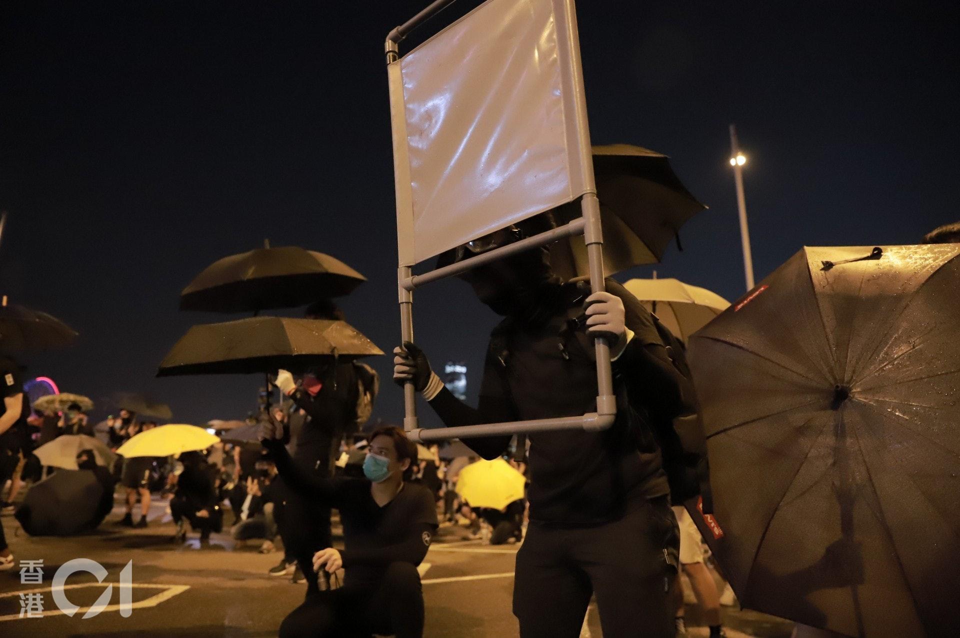 2019年9月28日,示威者以路邊的塑膠圍欄作盾。(羅國輝攝)