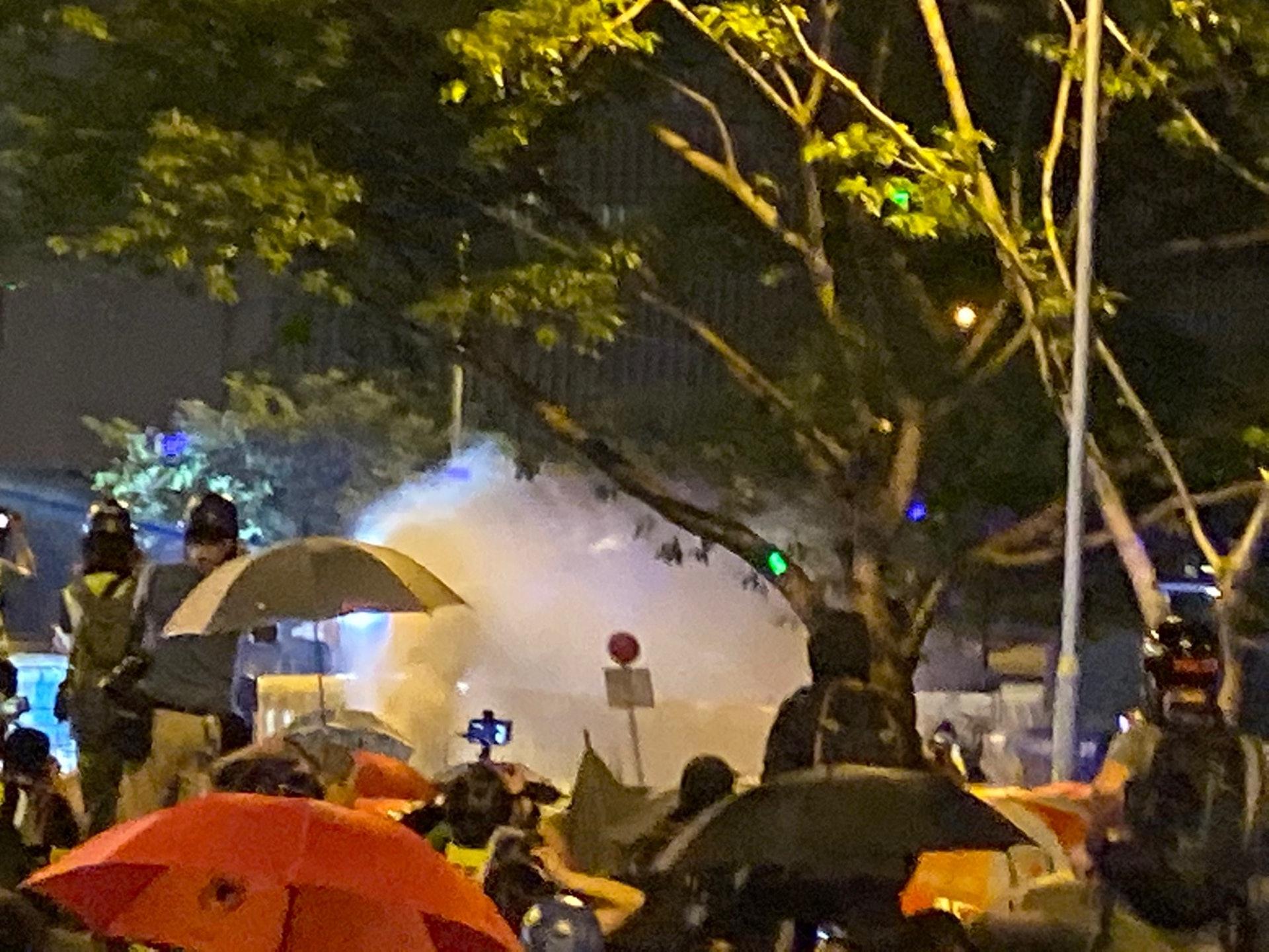 特首辦的水炮車一再向示威者方向發射。(李智智攝)