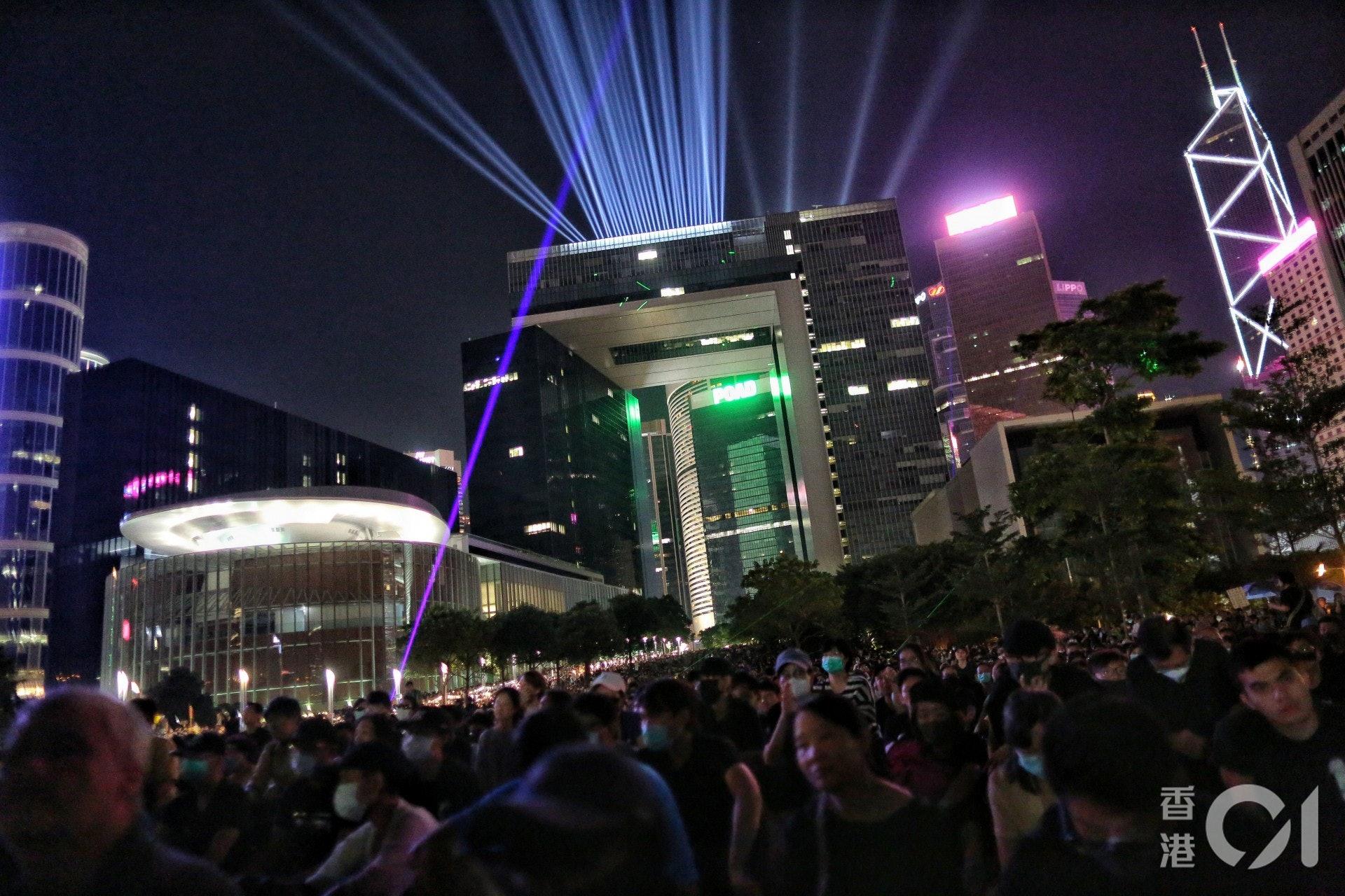 2019年9月28日,警方在晚上8時33分表示即將驅散夏愨道的示威者,但添馬公園仍然大批「和理非」。(梁鵬威攝))