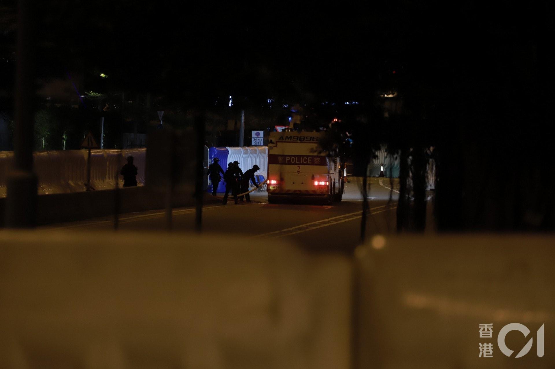 2019年9月28日,警方晚上8時許宣布驅散示威者,水炮車在特首辦內戒備。(羅國輝攝)