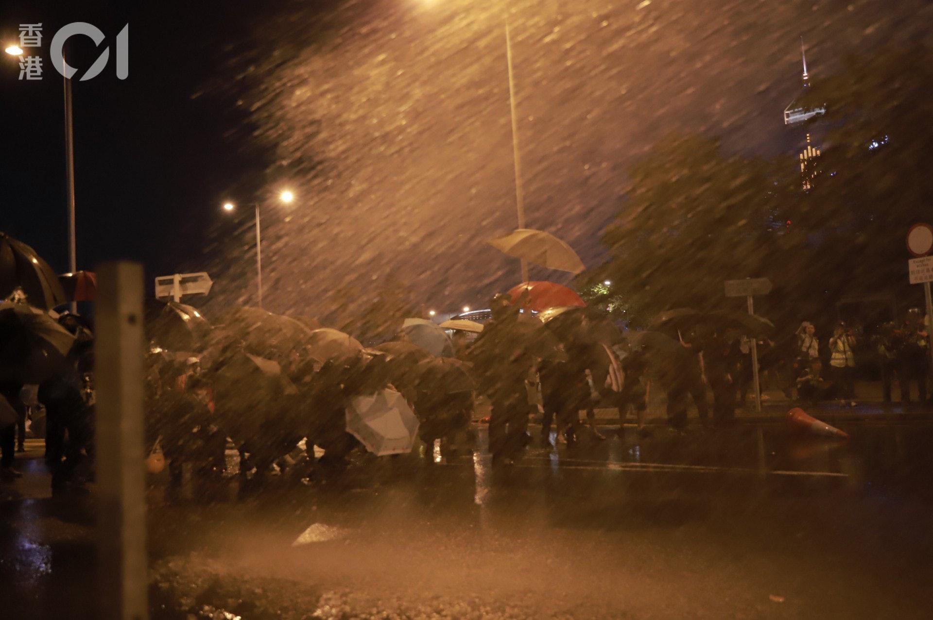 2019年9月28日,特首辦外示威者繼續以雨傘阻擋胡椒水。(羅國輝攝)