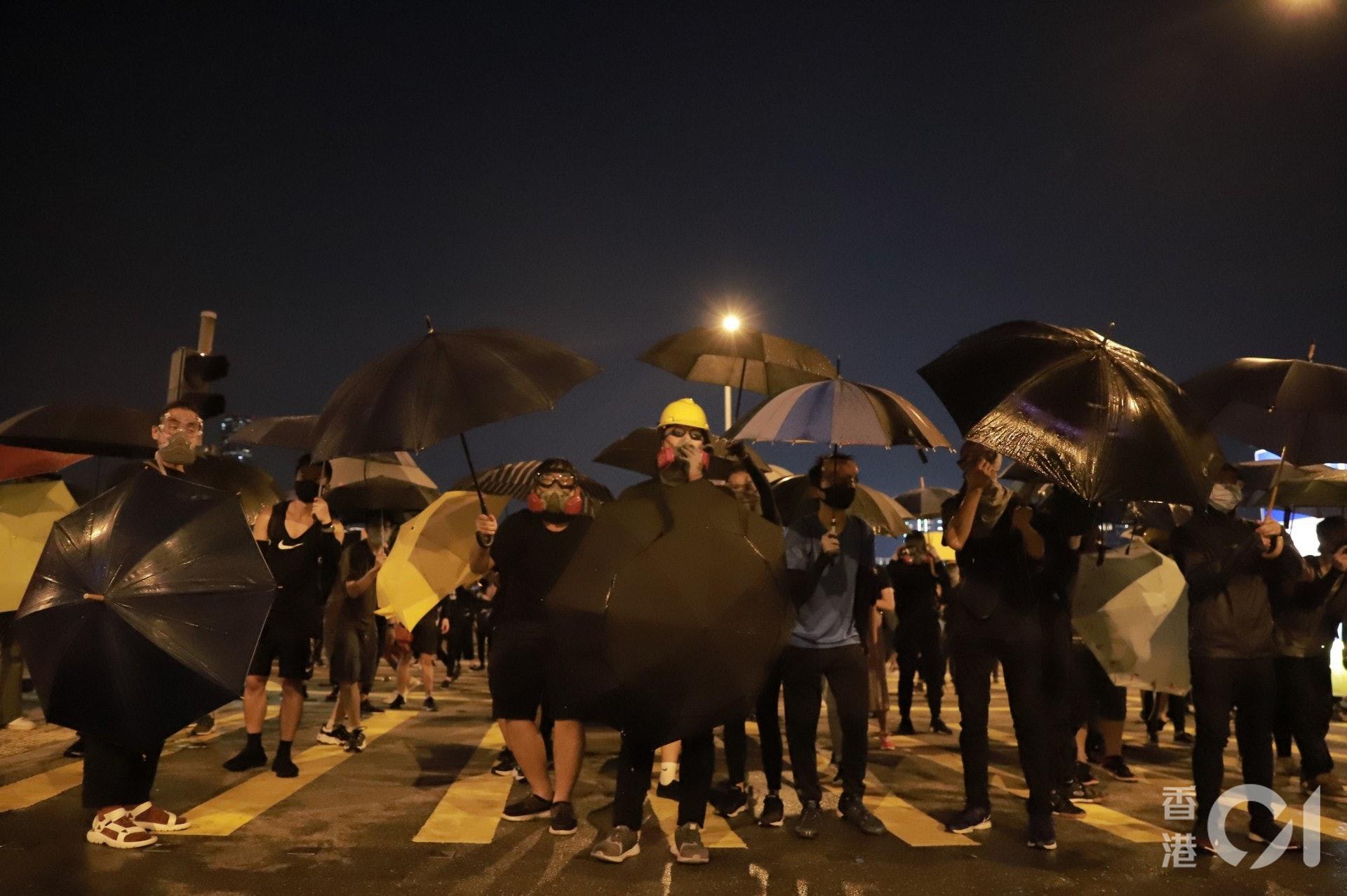 2019年9月28日傘運五周年,示威者再次舉行雨傘作盾。(羅國輝攝)