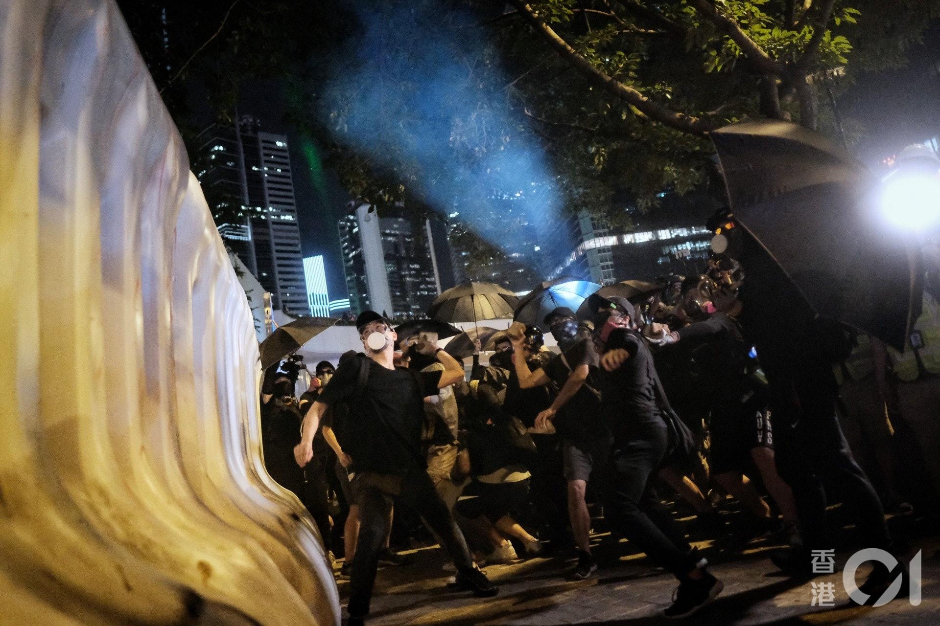 2019年9月28日,示威者在特首辦外投擲磚頭。(曾梓洋攝)