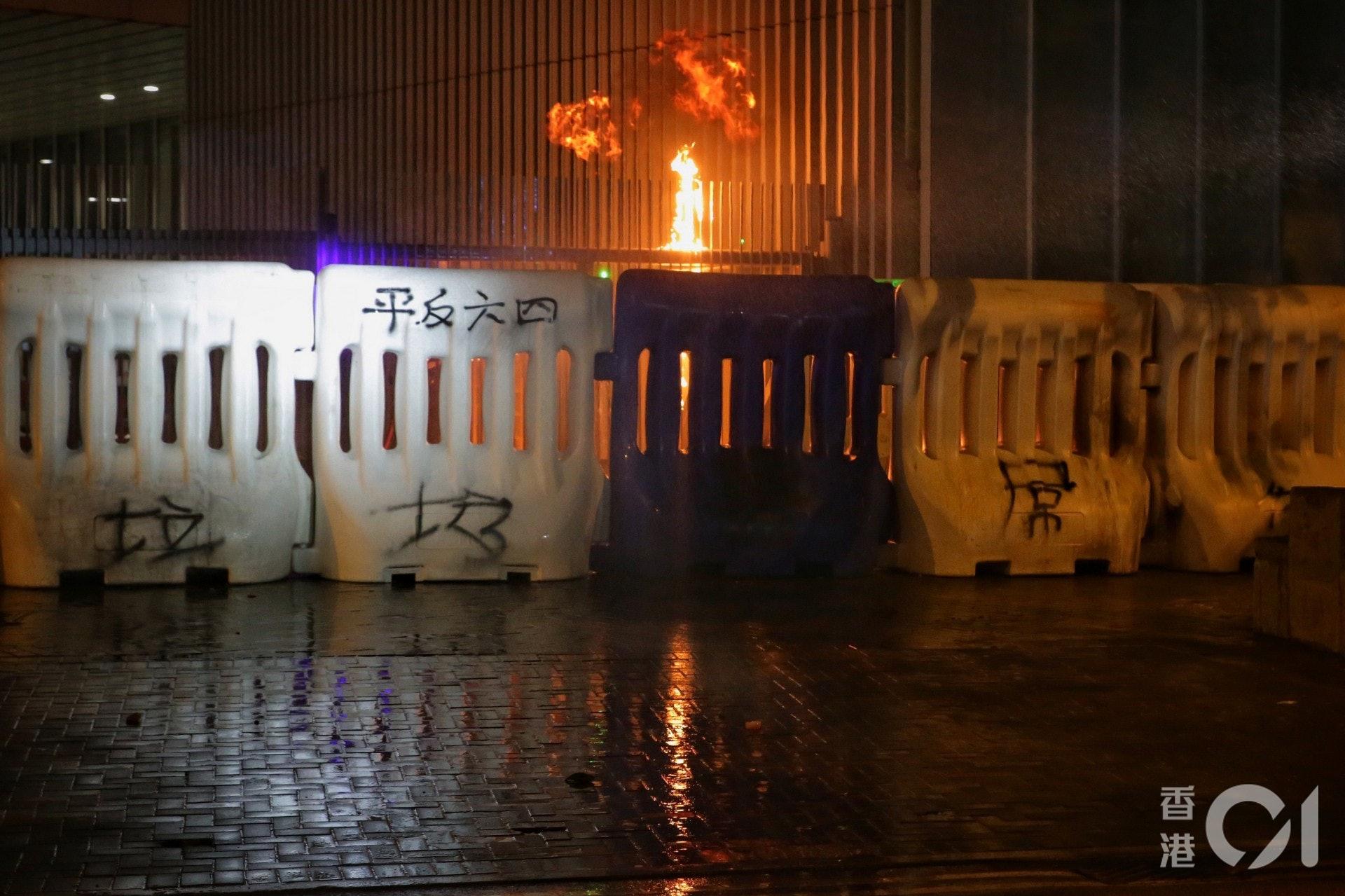 2019年9月28日,示威者在特首辦外投擲汽油彈。(李澤彤攝)