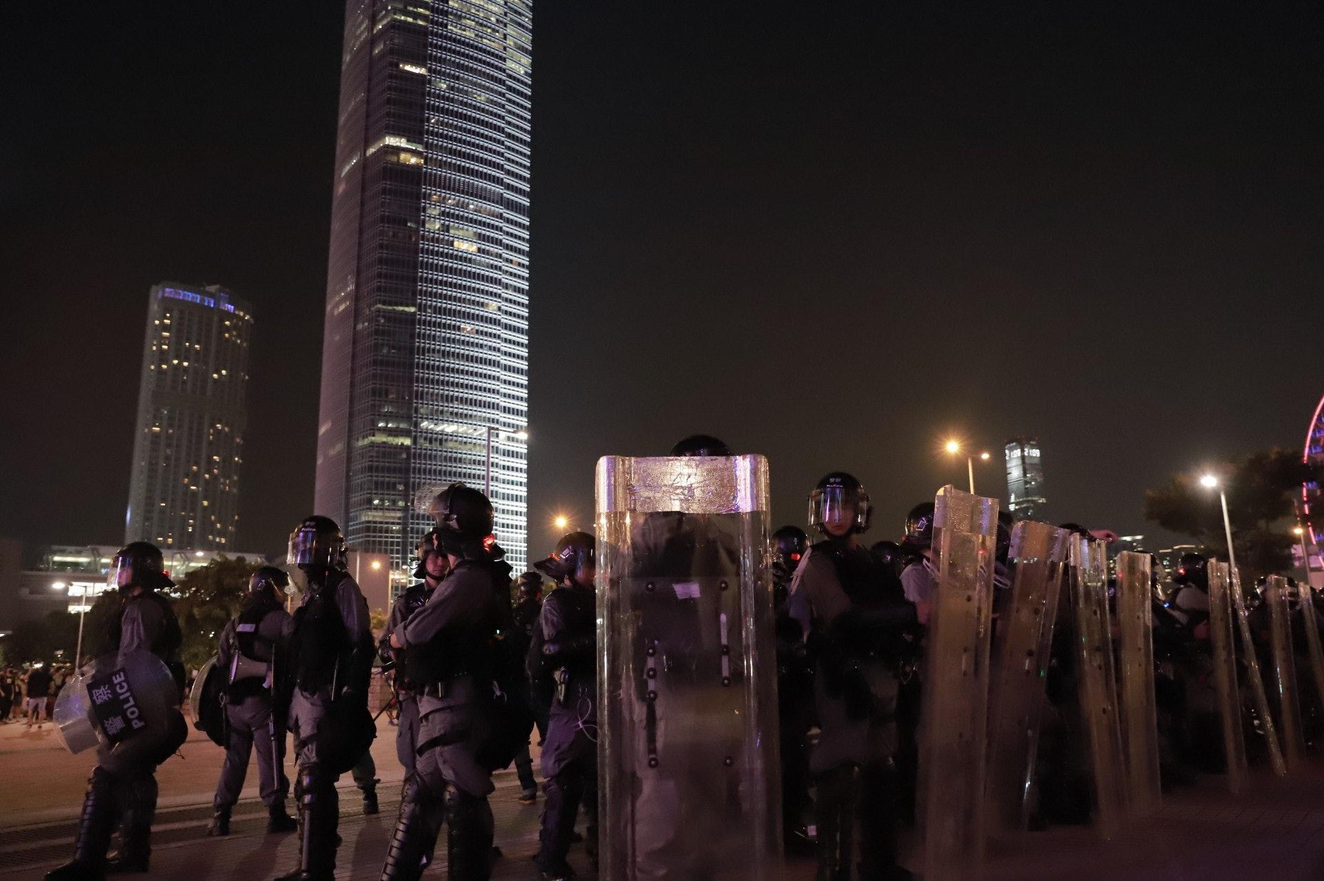 警方的防暴警在晚上近9時開始在地面出動。(羅國輝攝)