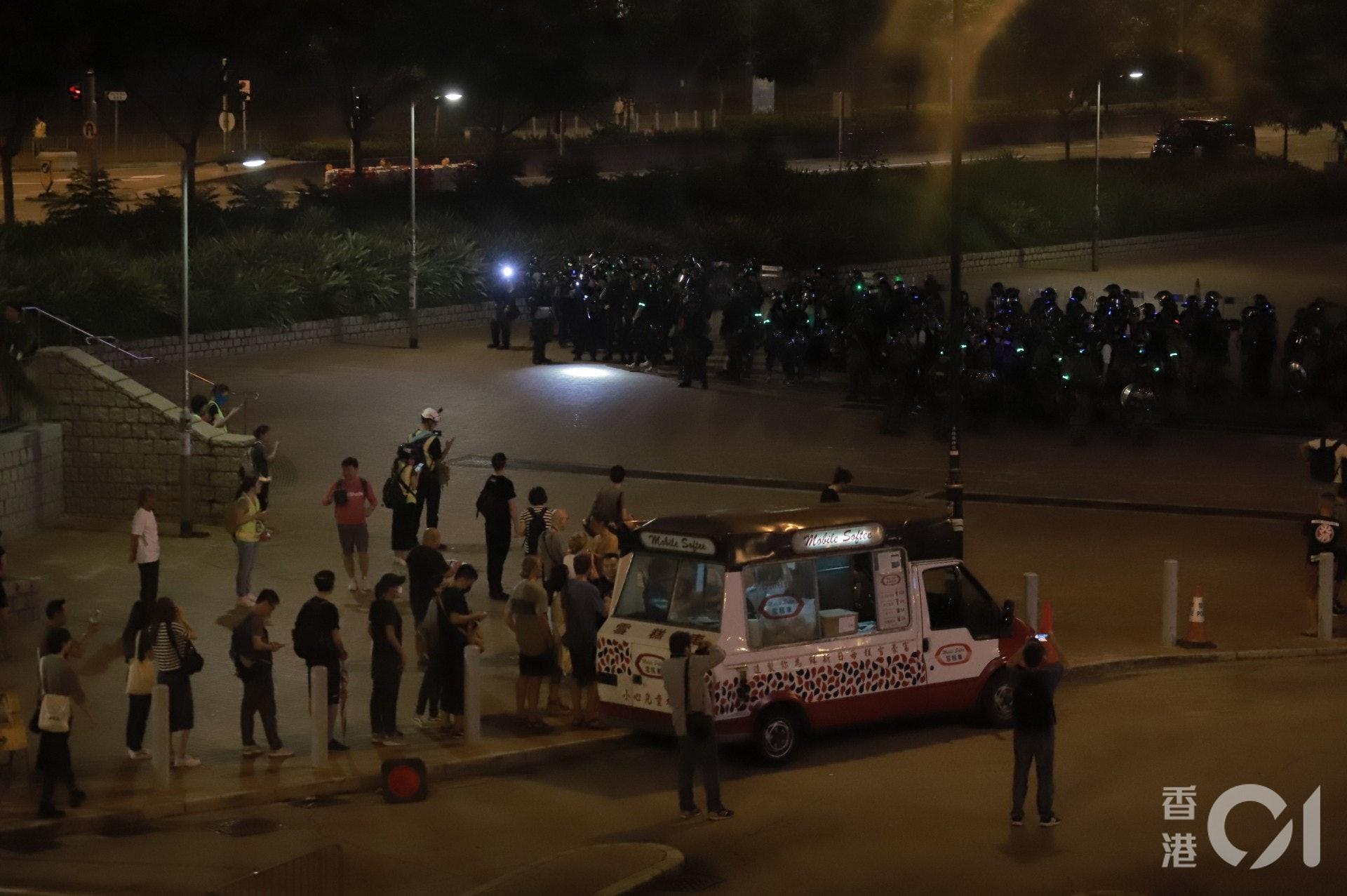 2019年9月28日,防暴警察在中環大會堂戒備,惟防線前有雪糕車繼續做生意。(羅國輝攝)