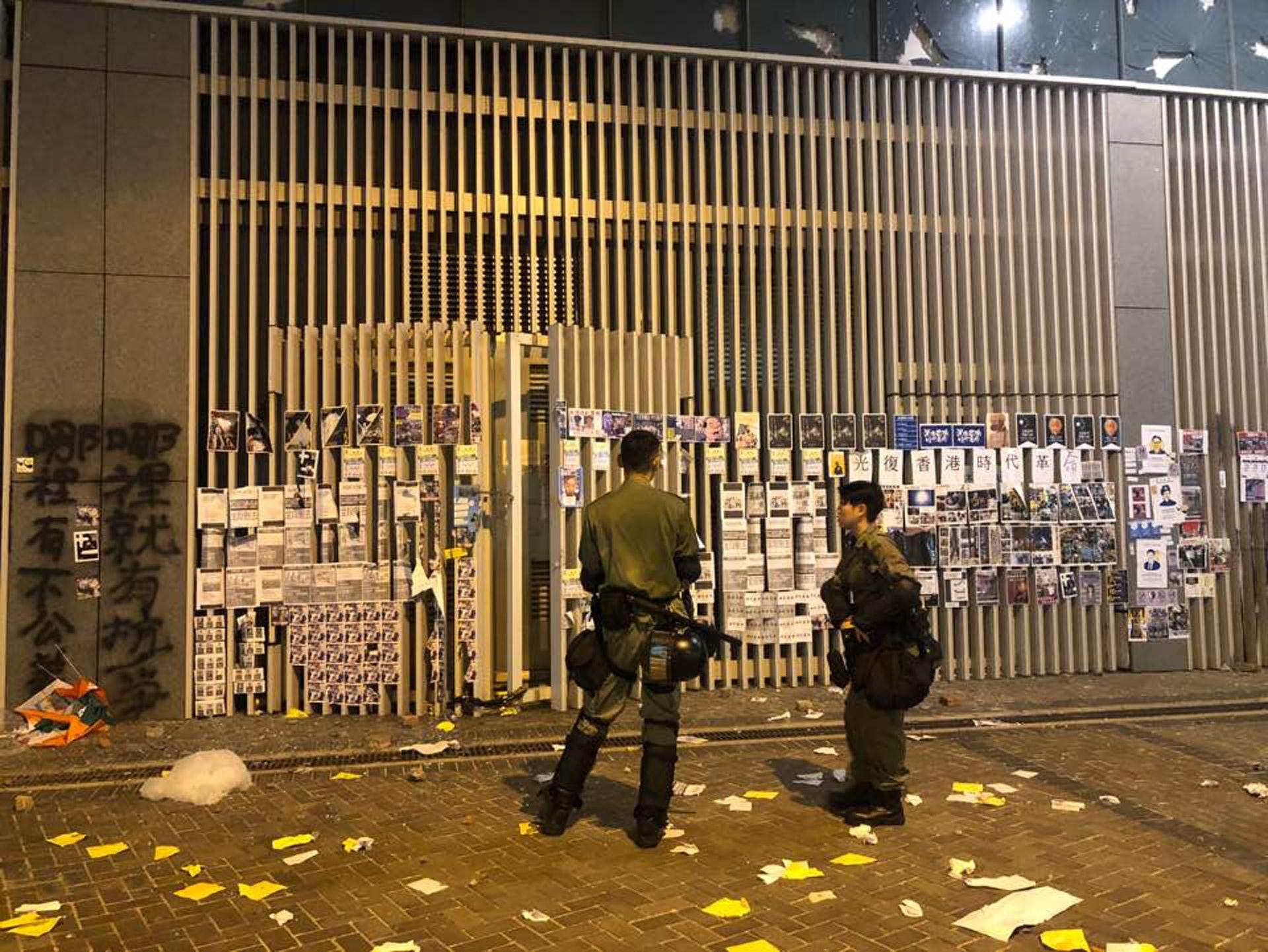 示威者撤退後,警員在金鐘一帶檢視損毀情況。(鄭榕笛攝)