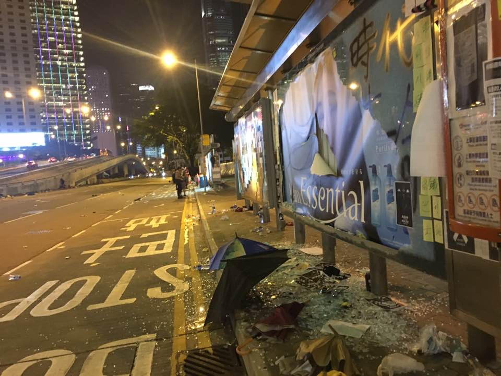 金鐘一帶有廣告板被打碎。(李偉欣攝)