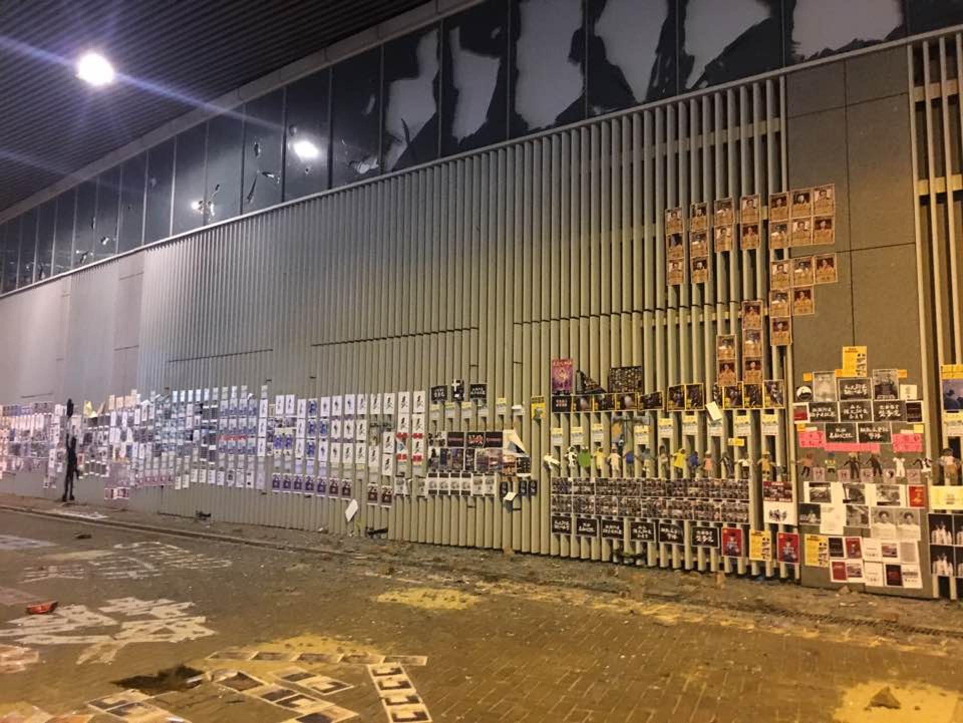 金鐘一帶留下不少示威者留下的宣傳品。(李偉欣攝)
