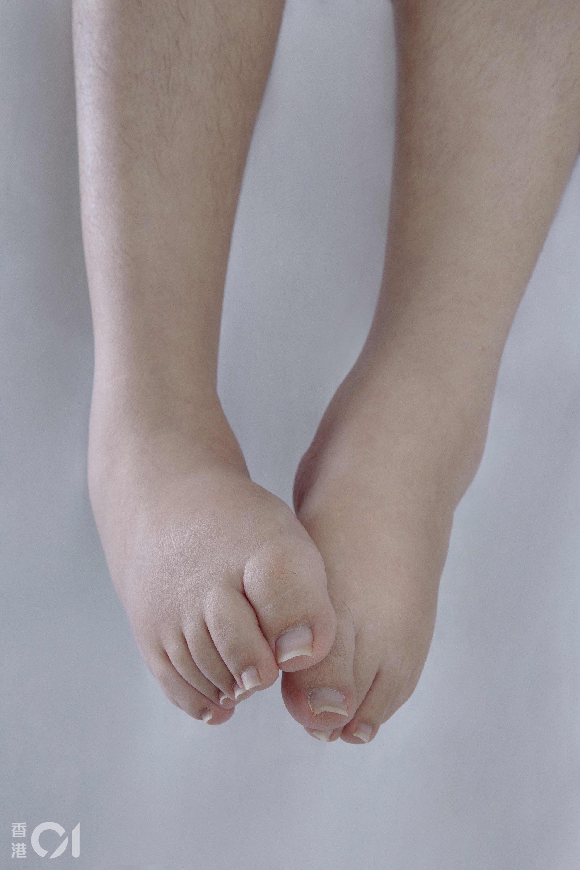 因為不能走路,Carmen的腳短小肥腫,她曾經討厭穿露趾鞋,今天卻展示在鏡頭前。是慕殘者讓她欣賞自己的一雙小腳,「他們告訴我,很喜歡我的一雙腳,像不曾踏過塵世、未曾經歷傷害。」