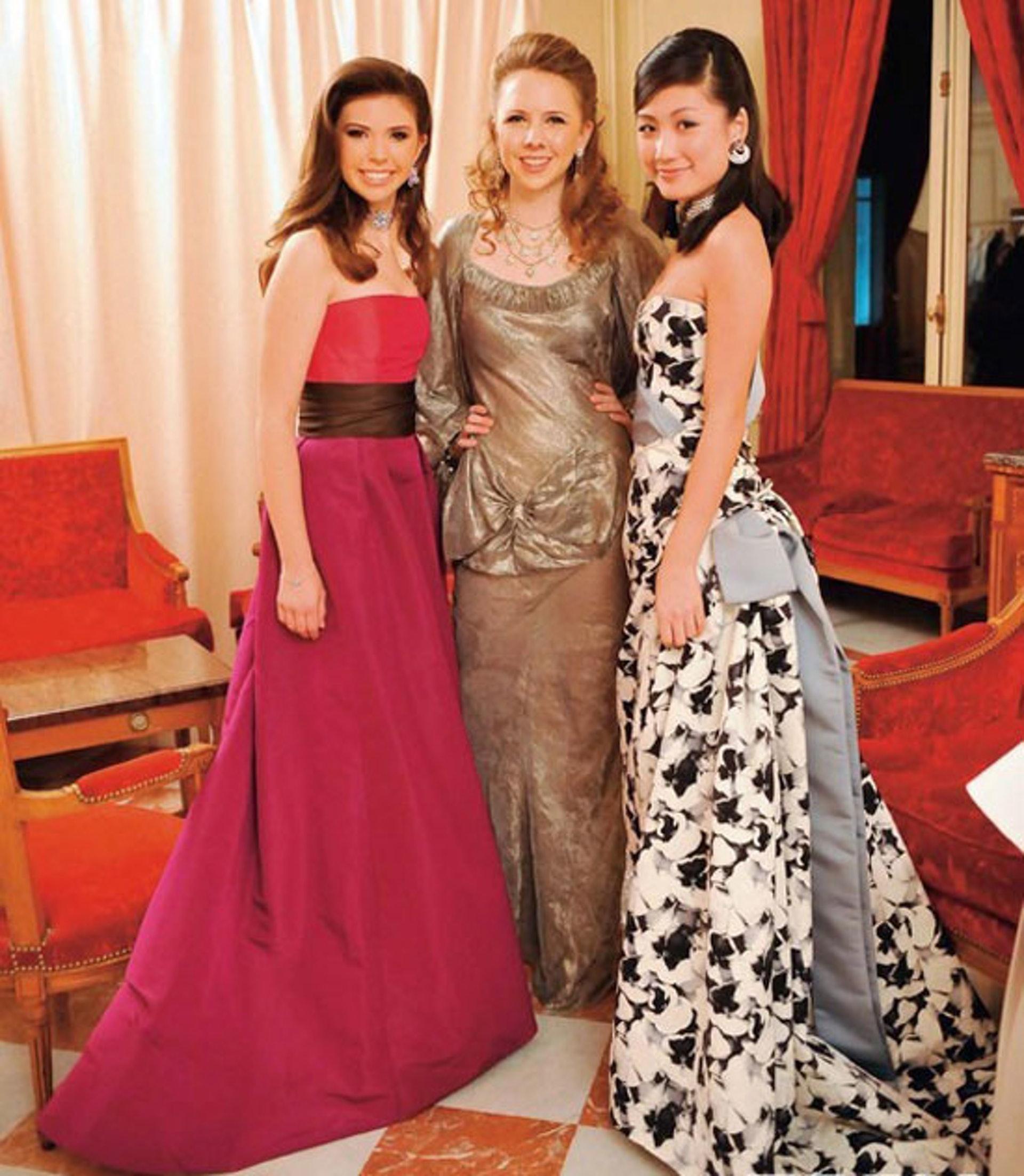 2009年11月,李紫丹(右)在巴黎參加名媛成年舞會。全場僅兩名中國女子參加,分別是李紫丹和賭王何鴻燊的外孫女。(網上圖片)