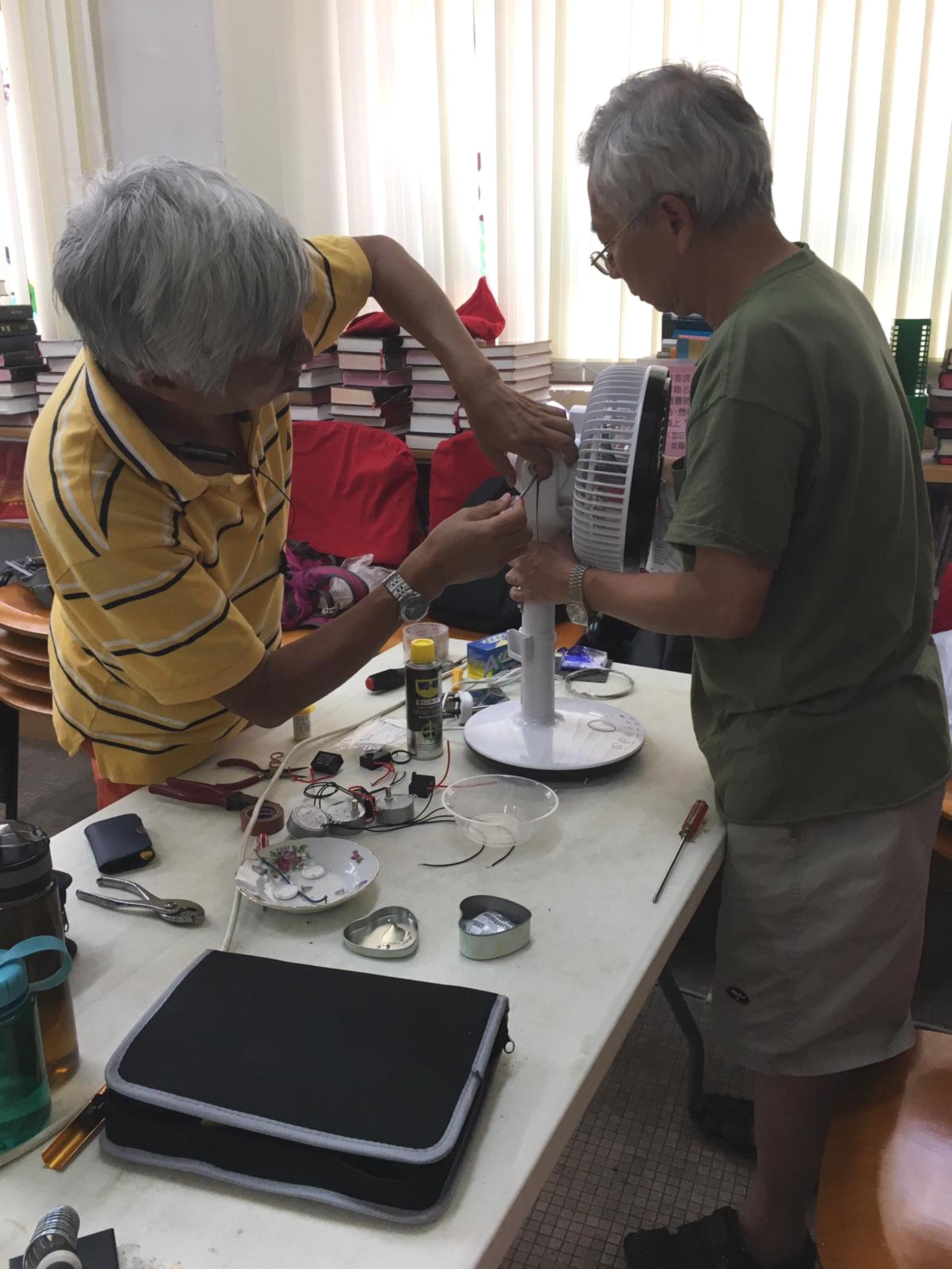 在Mandy眼中,這群退而不休的長者充滿活力和善心,每次服務均埋頭苦幹地檢查和維修,希望能實踐所長,幫助獨居長者、雙老家庭等有需要人士。(相片由「喜動社區」提供)