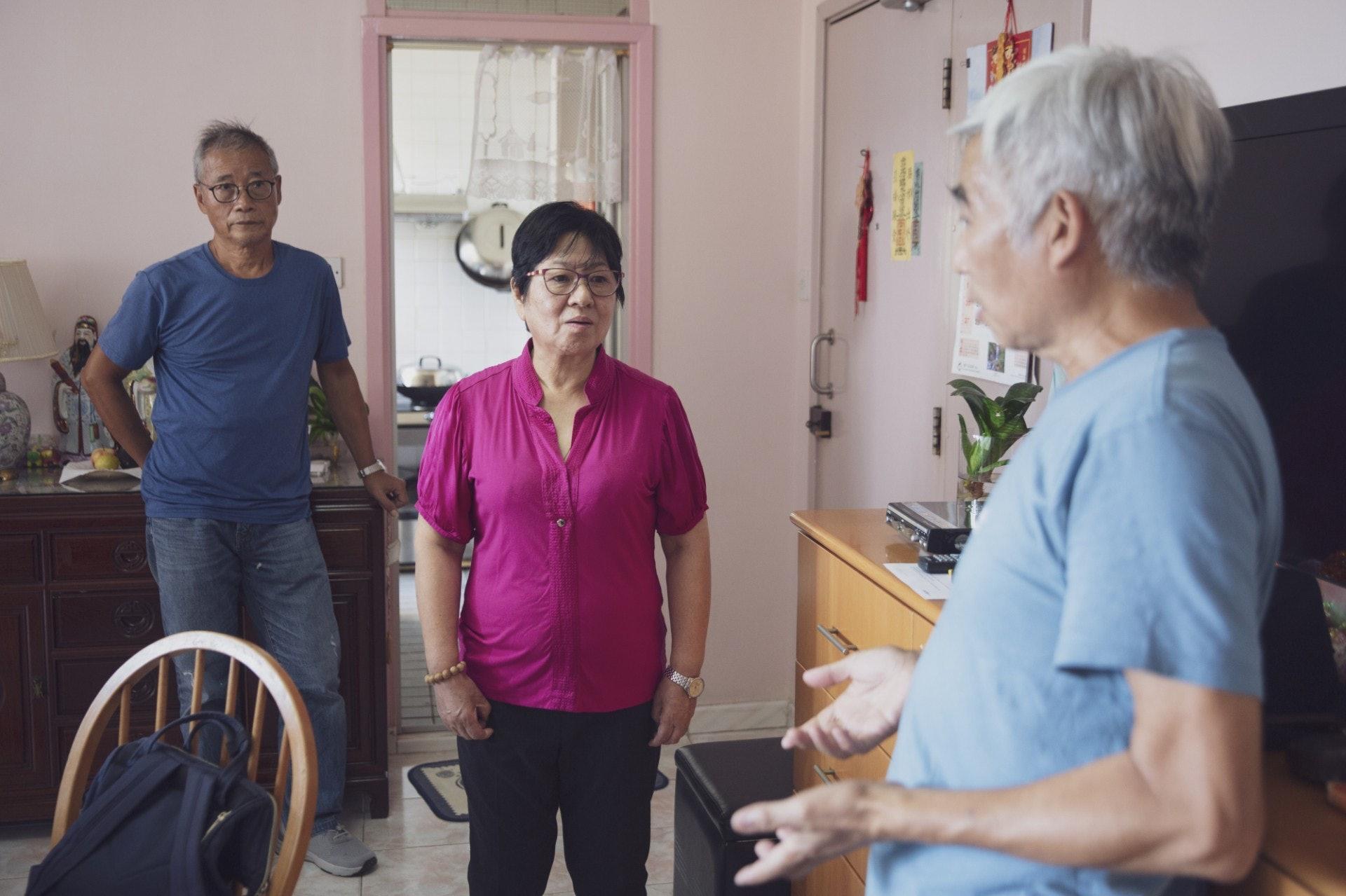 67歲的杏芳(左二)感謝屈師傅(左一)和葉師傅(右一)到其家中了解並協助修復她的居住環境。(龔嘉盛攝)