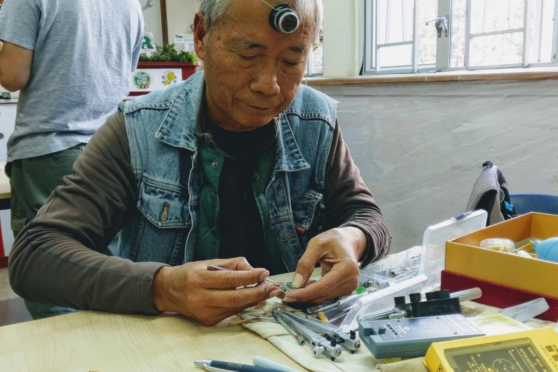 屈師傅對維修鐘錶最感興趣,退休後花上不少時間鑽研相關技巧,令他成為「復修冰室」團隊內唯一一位維修鐘錶的師傅,為不少街坊復修舊手錶及當中的回憶。(相片由「喜動社區」提供)