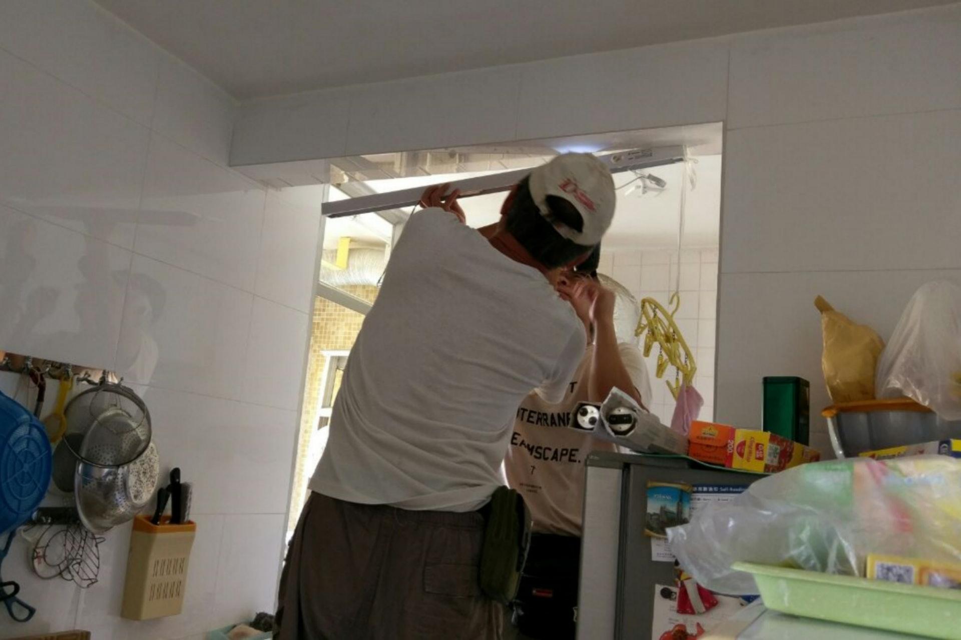 「復修冰室」師傅為吳婆婆更換廚房光管底座後,廚房變得光猛,婆婆亦不用再冒煮飯時受傷的風險。(尹蔚瑩攝)