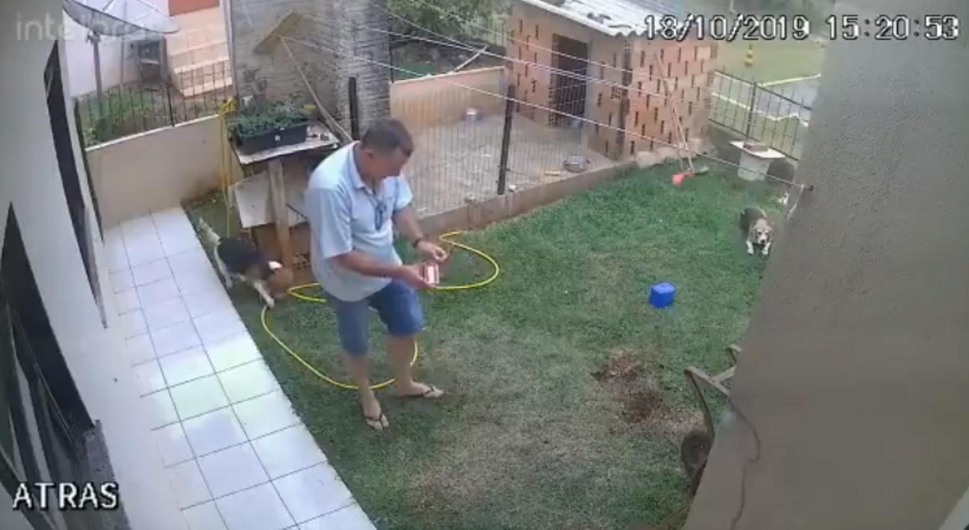 施密茲先在花園草坪噴灑殺蟲劑,再點燃火柴。(Twitter「klara_sjo」影片截圖)