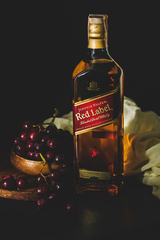 同屬於蒸餾酒類的兩者,威士忌用的是穀物作為原料,而白蘭地用的則是葡萄。