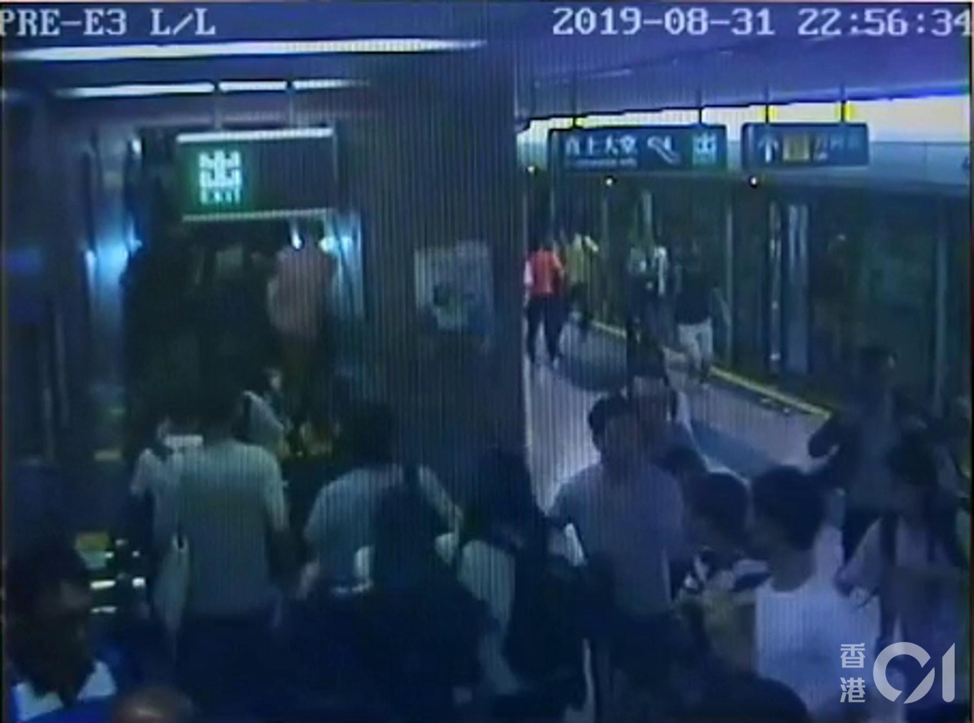 片段可見,當時突然有大批人奔跑逃避。(太子站CCTV截圖)