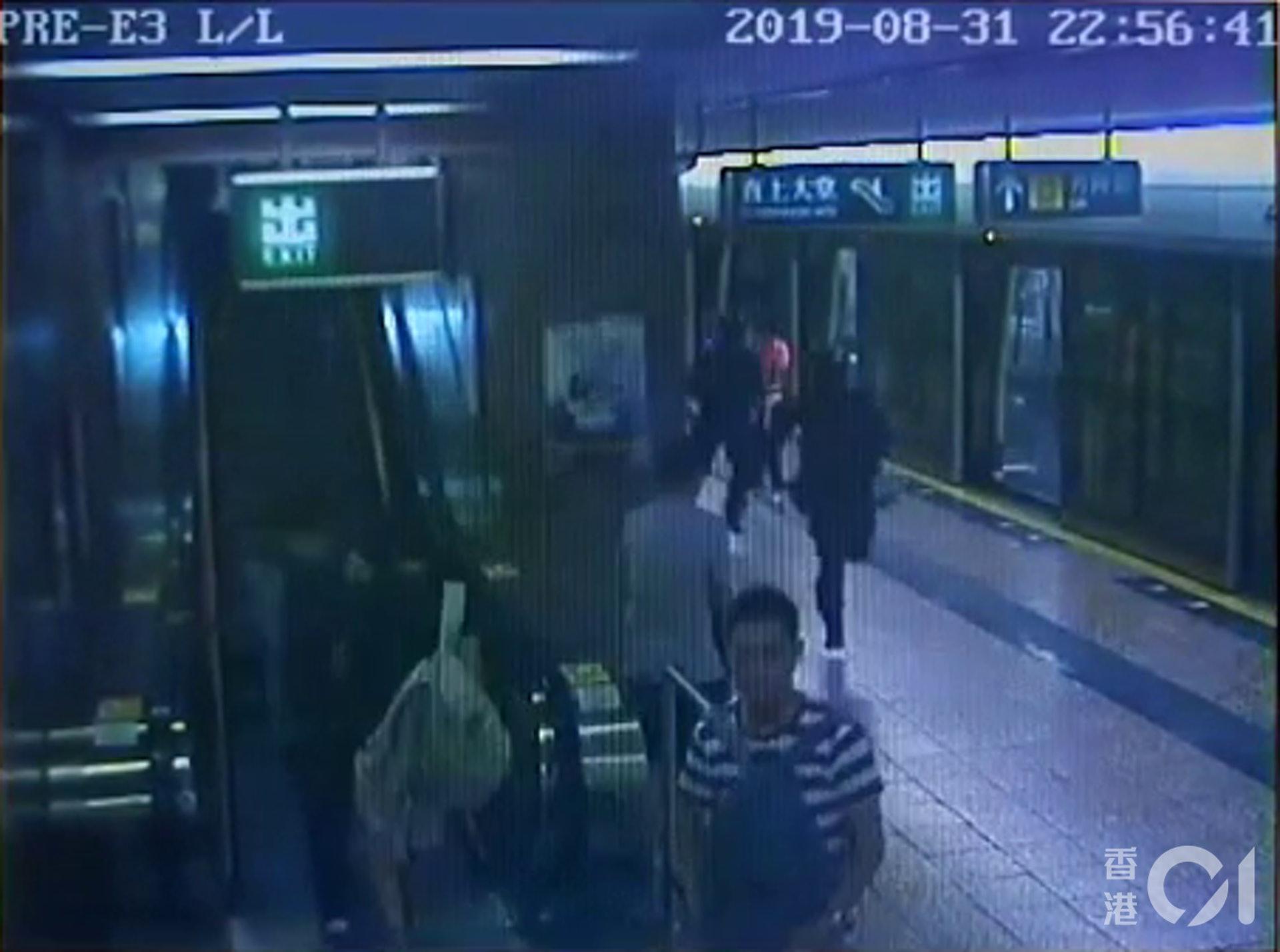 片段可見,數秒後大批速龍小隊成員趕至。(太子站CCTV截圖)