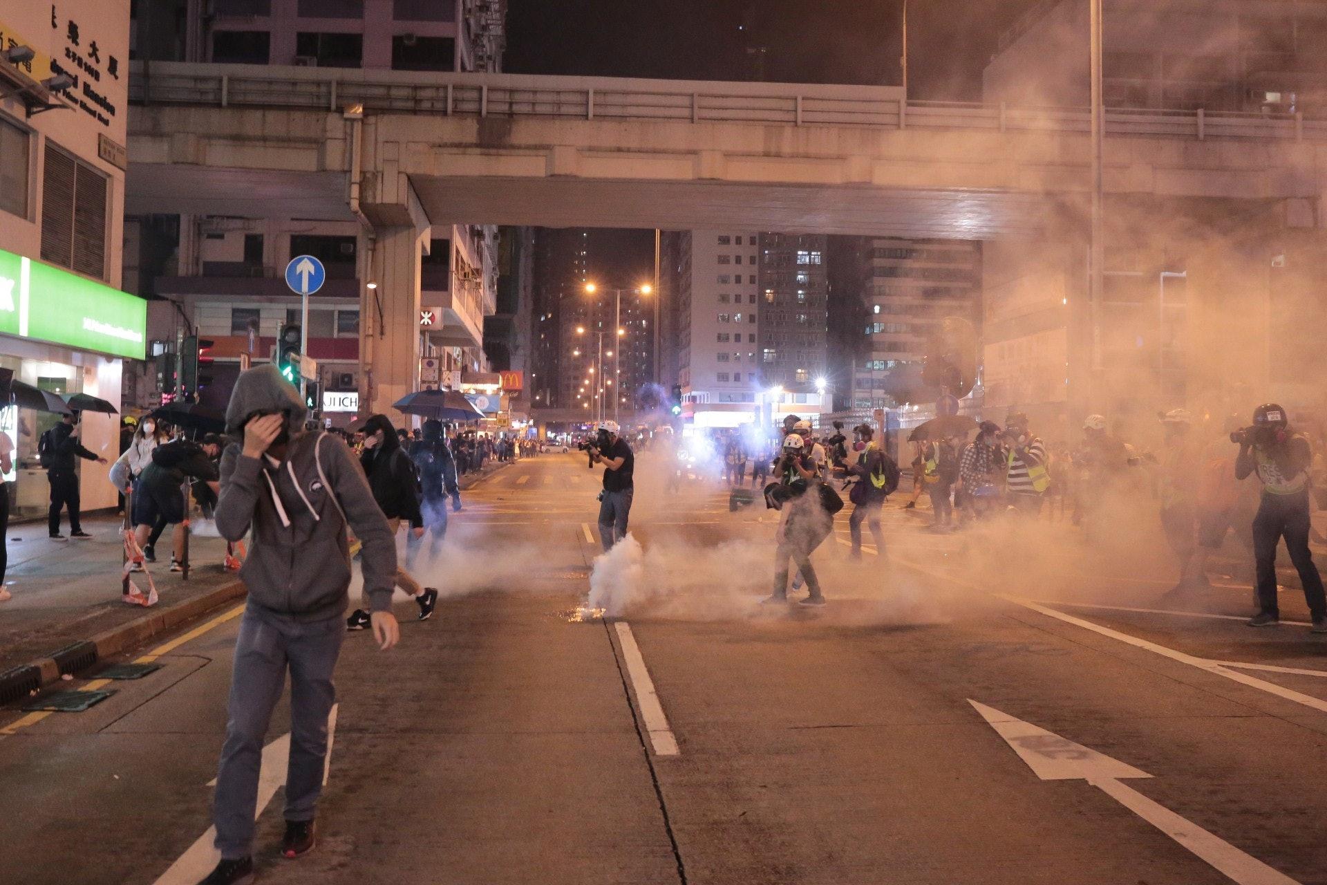 警方於旺角警署施放催淚彈。(余睿菁攝)