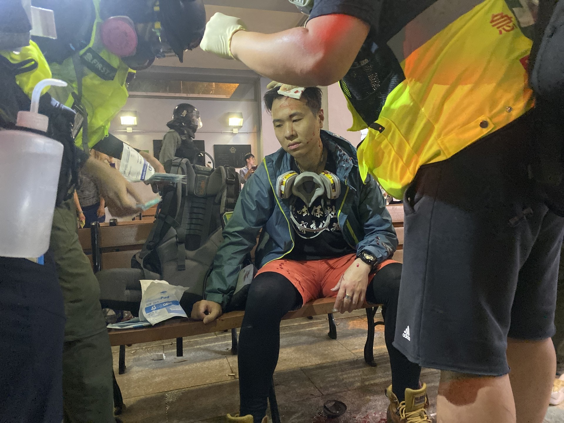 太子一名男社工於衝突其間被打破頭,在場急救員為他救治。(陳浩然攝)