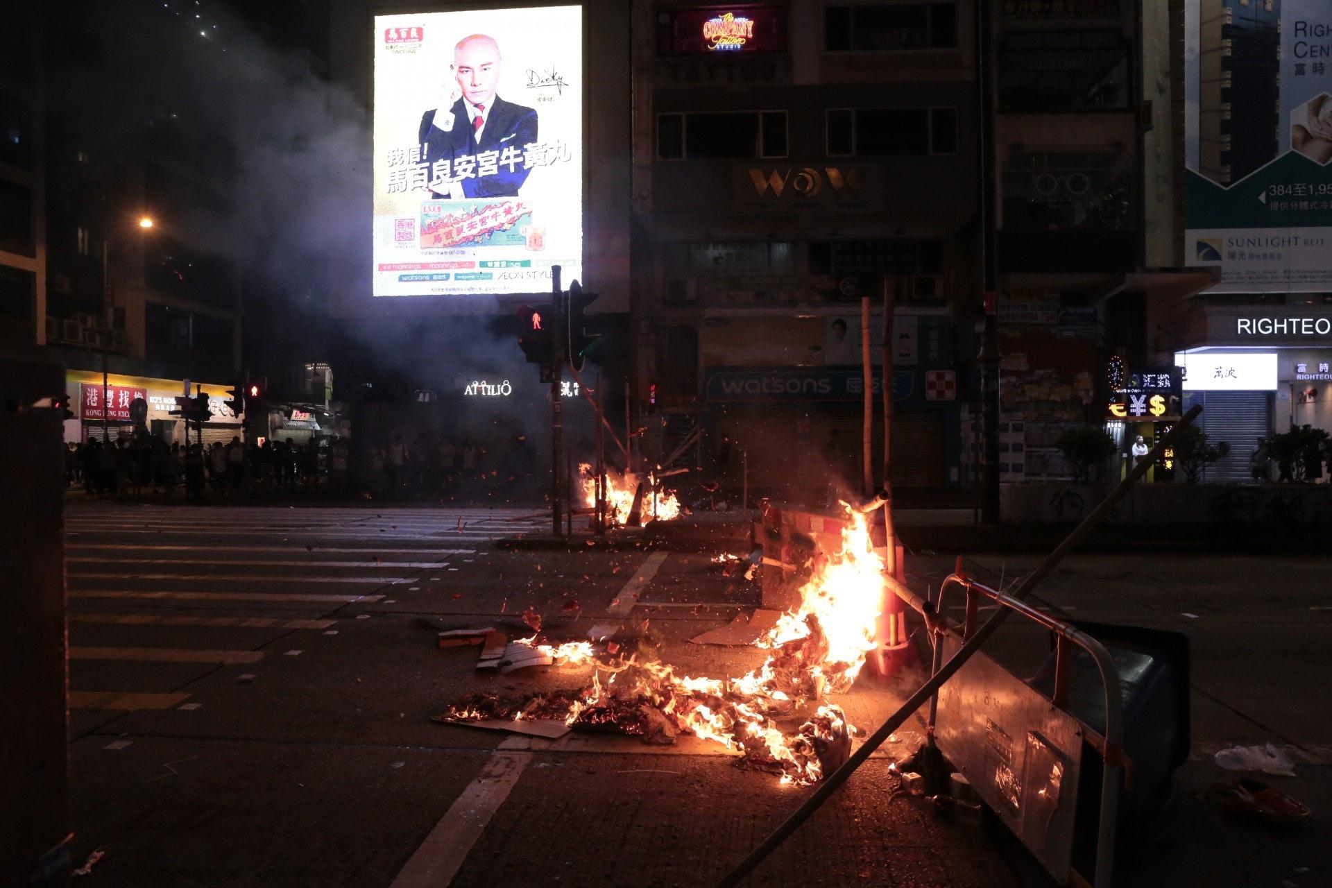 彌敦道有示威者燒路障。(余睿菁攝)