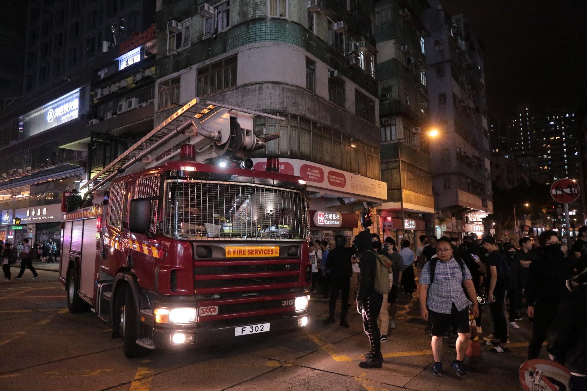 有示威者阻止消防車進入。(余睿菁攝)