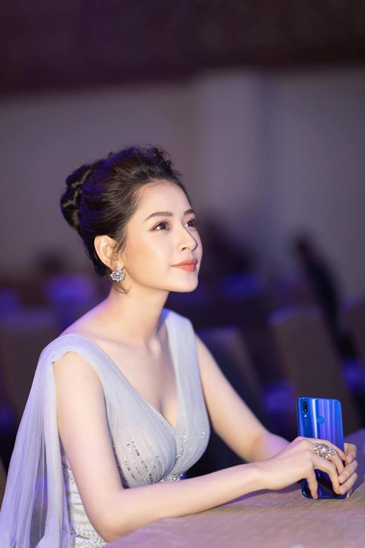 就是這輯Chi Pu去年出席品牌發布會的仙氣照片,引起網民瘋傳和討論。(Facebook圖片@Chi Pu )
