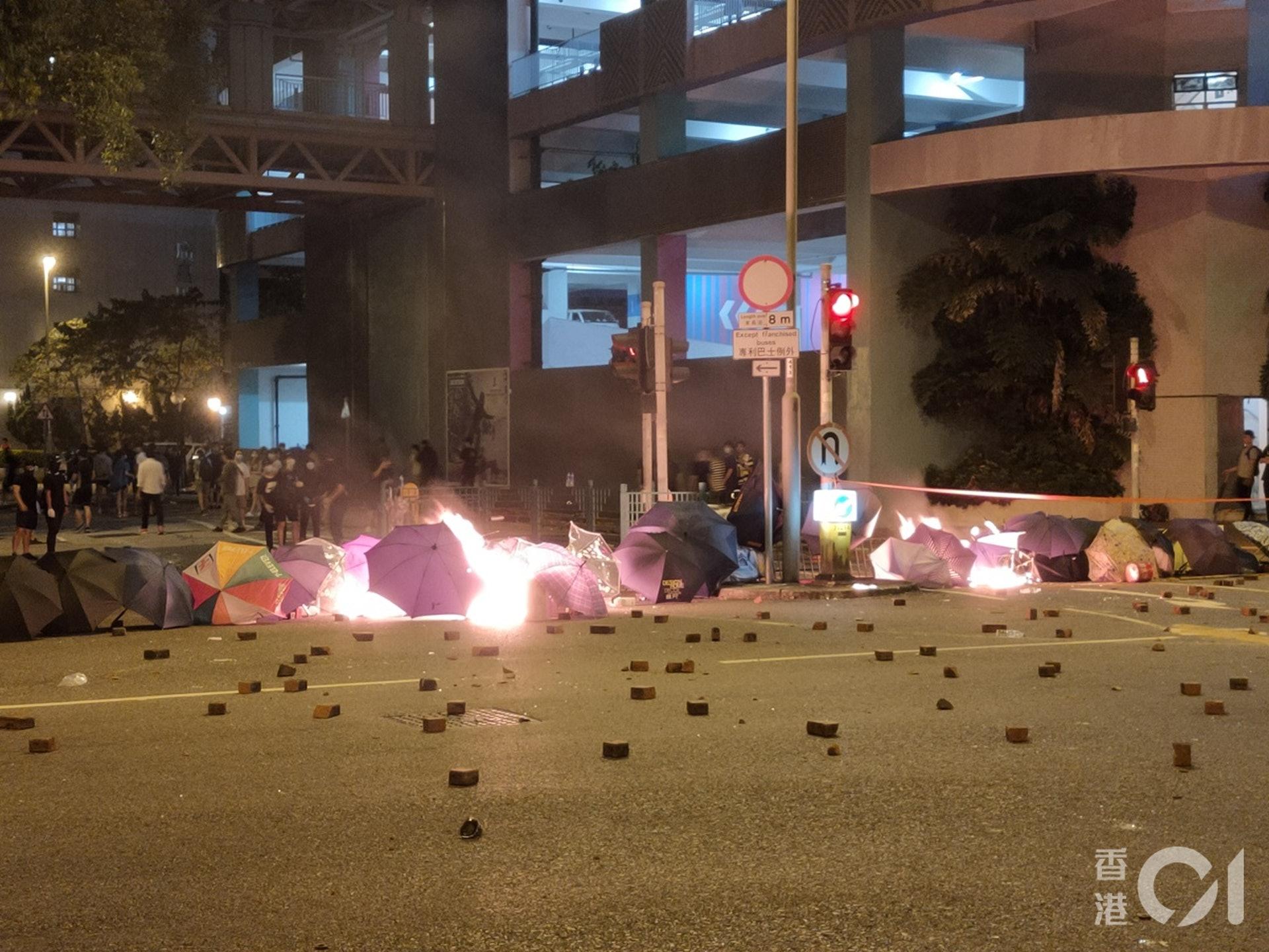 今日(4日)凌晨,仍有示威者在將軍澳唐明街一帶堵路及縱火。(劉定安攝)