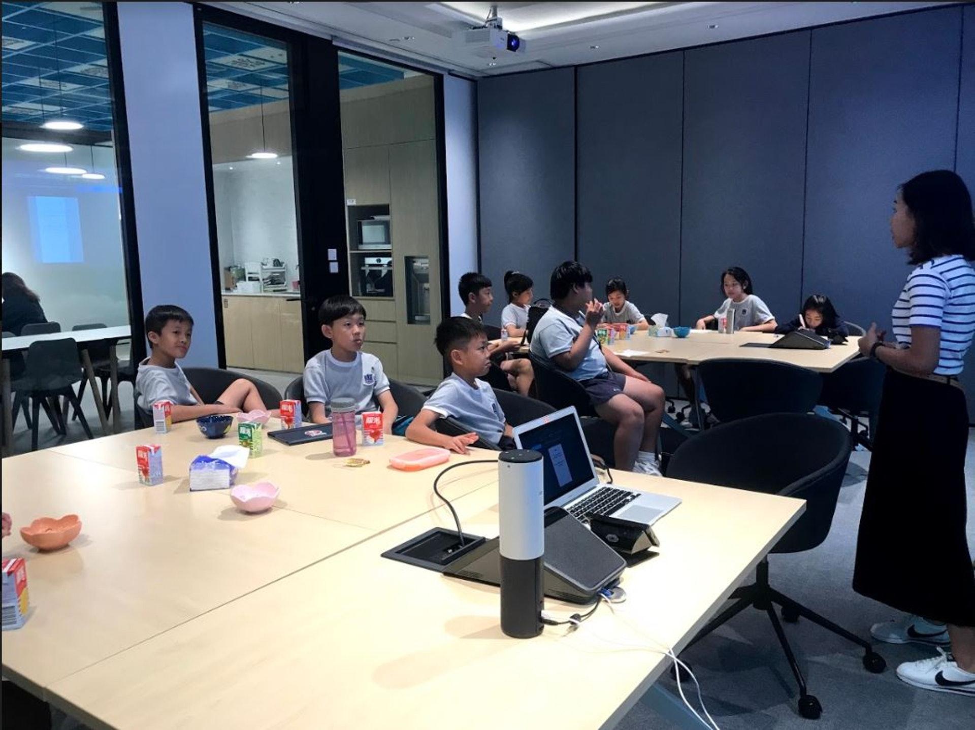 同學們正在向創意總監取經。(德萃小學圖片)