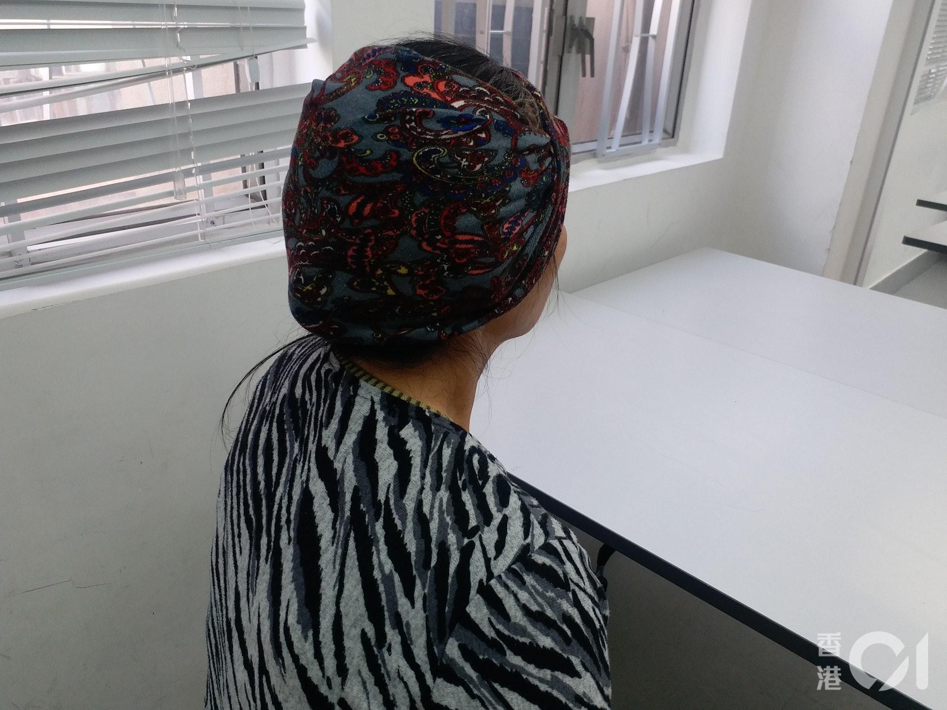 陳女士在旺角街頭做派傳單散工,因衝突不斷,工作量大減,收入減少近半,令她感到無奈。(侯彩琳攝)