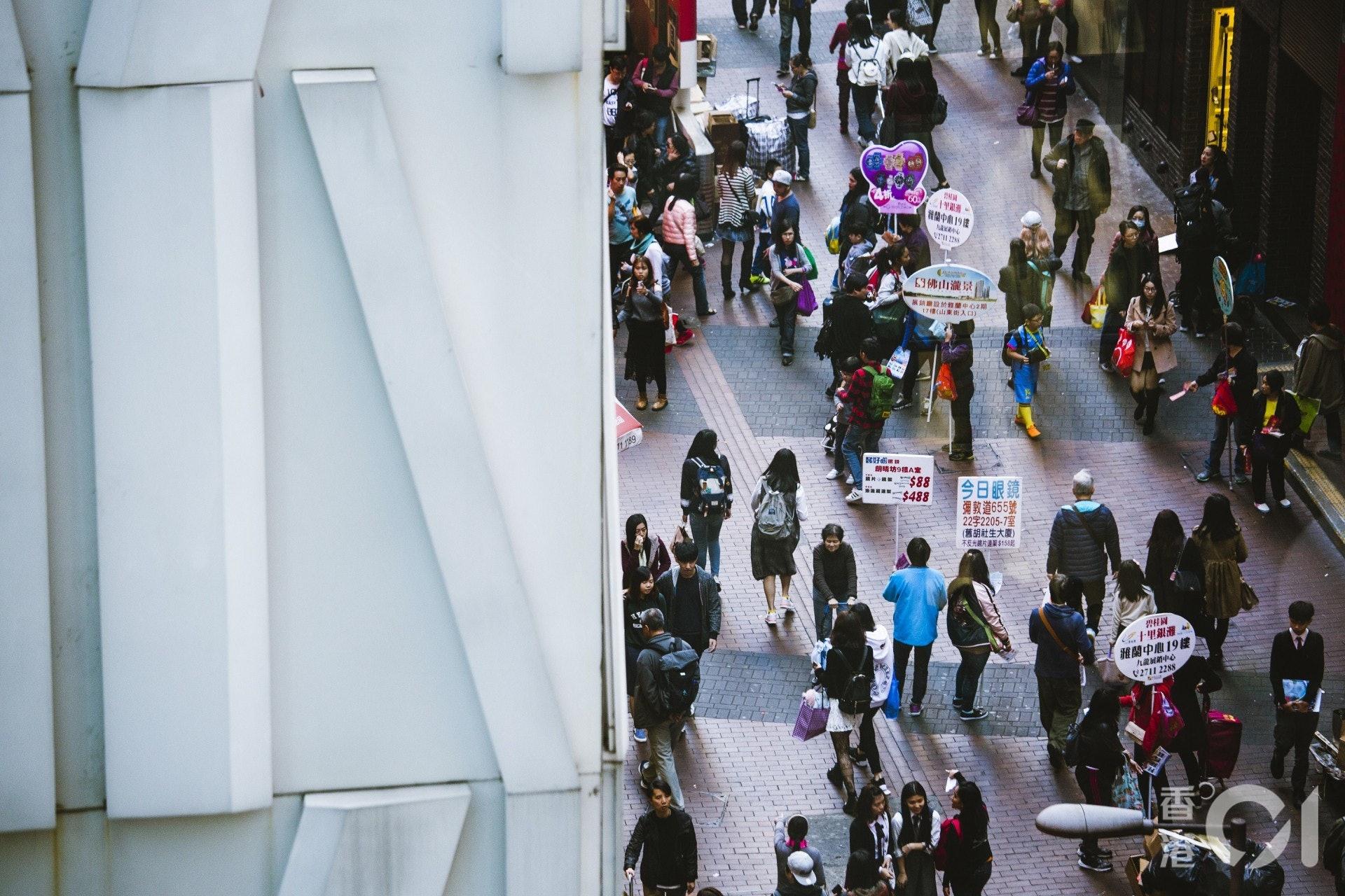 陳女士在旺角街頭做派傳單散工。(資料圖片/黃寶瑩攝)