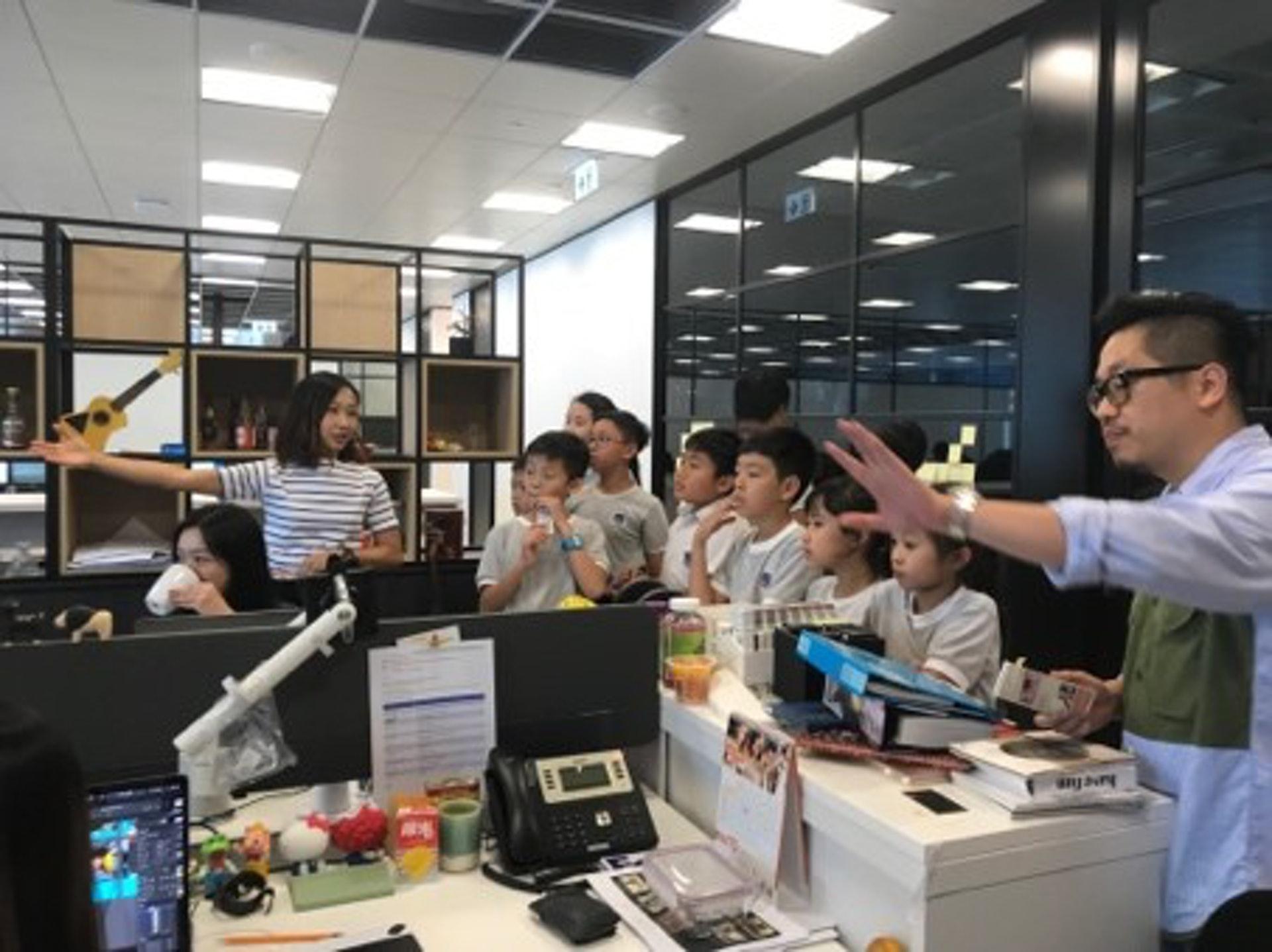 廣告公司人員向學生介紹工作流程及運作,讓小學生也體驗一次真實的工作經驗。(德萃小學圖片)