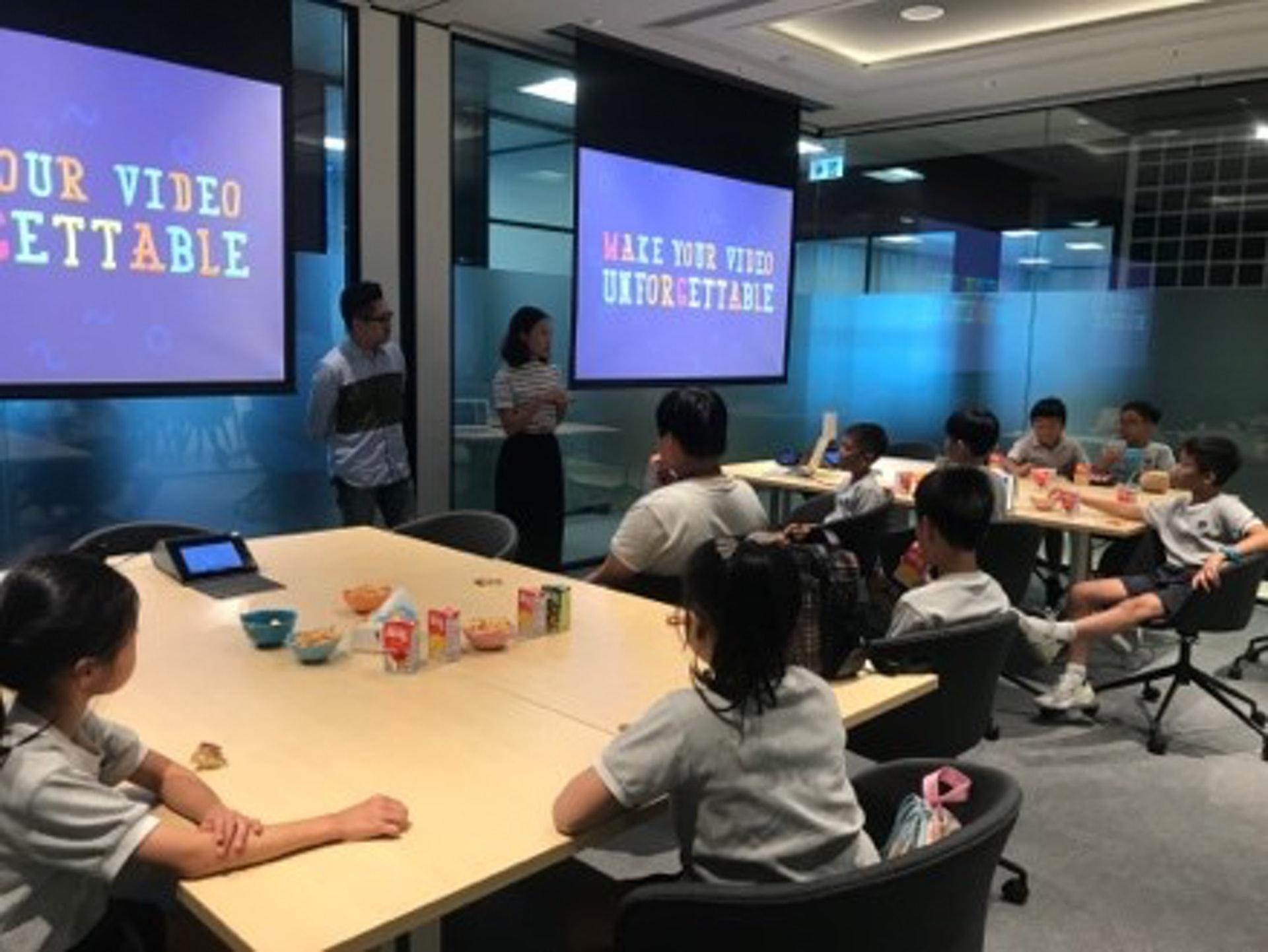 廣告創作人員為小學生度身訂造創意培訓工作坊。(德萃小學圖片)