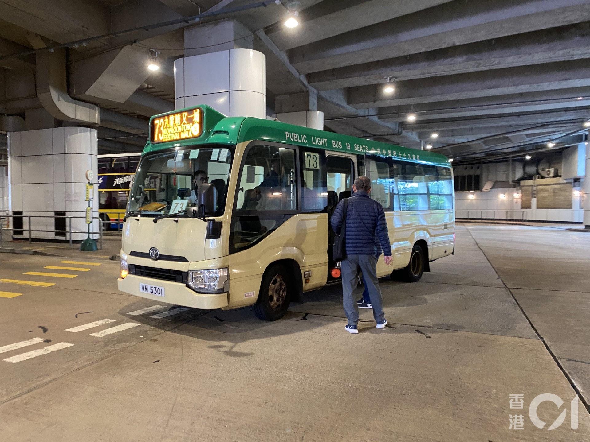 駕駛來往又一城及慈雲山的73號專線小巴的余司機表示,自又一城暫停開放後,小巴生意慘淡。(陳諾希攝)