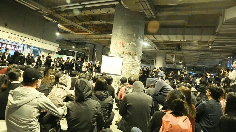 【7.21元朗半年.直擊】元朗站下午3時關閉YOHO玻璃圍欄封膠板 - 香港01