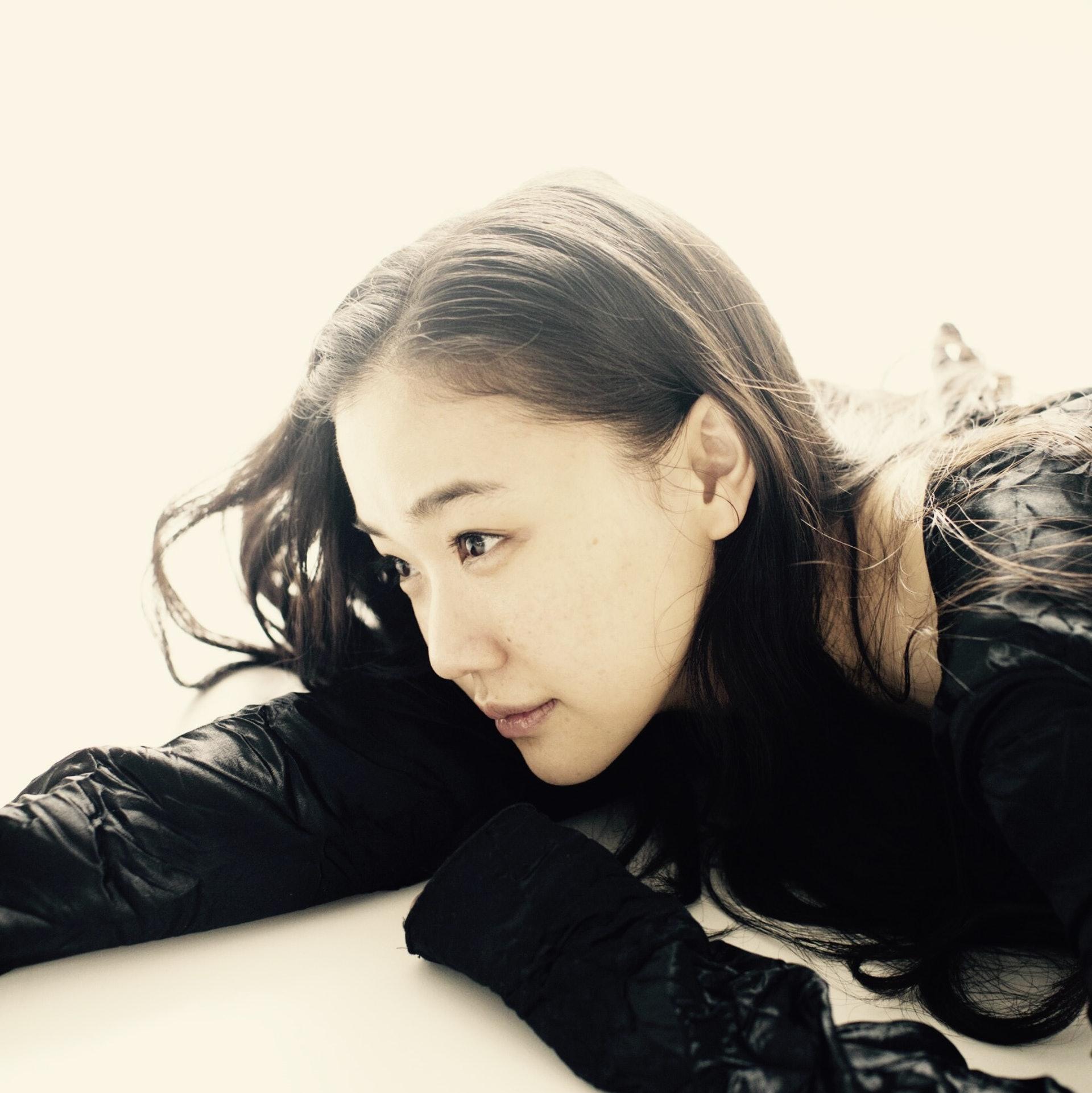 在日本有「國民女優」之稱的蒼井優在上年6月初的時間突然在網上宣布已與日本搞笑藝人山里亮太註冊結婚,消息一出令所有支持他的男粉絲傷心不已,也難以相信在日本被譽為是「國寶級女演員」為何身邊的那一個不是帥哥,而是一個奇貌不揚的諧星呢?(itoh-c_com)
