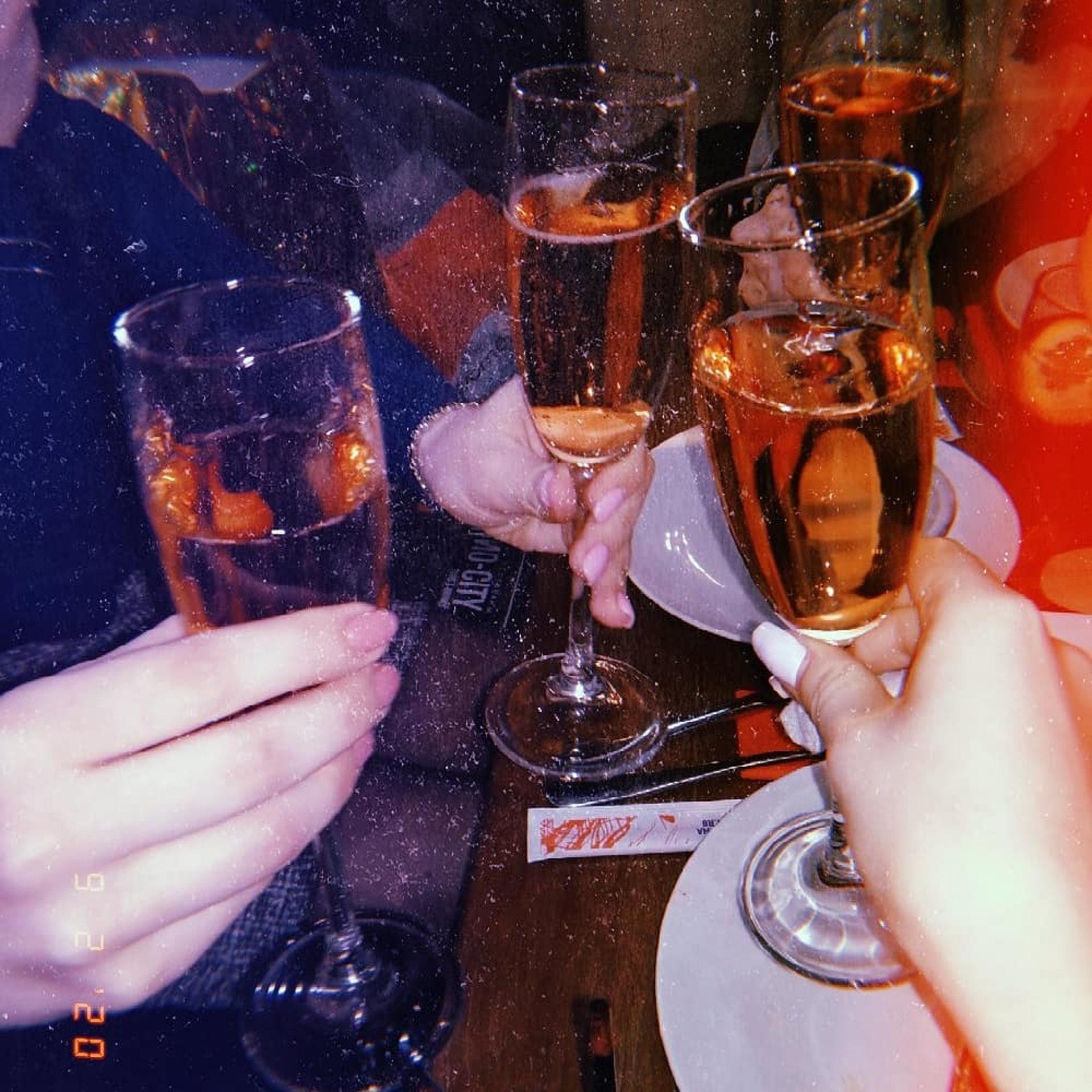 不少人愛好飲兩杯紓緩情緒,但患玫瑰痤瘡者要避免喝酒及辛辣食物。(coldconvict@Instagram)