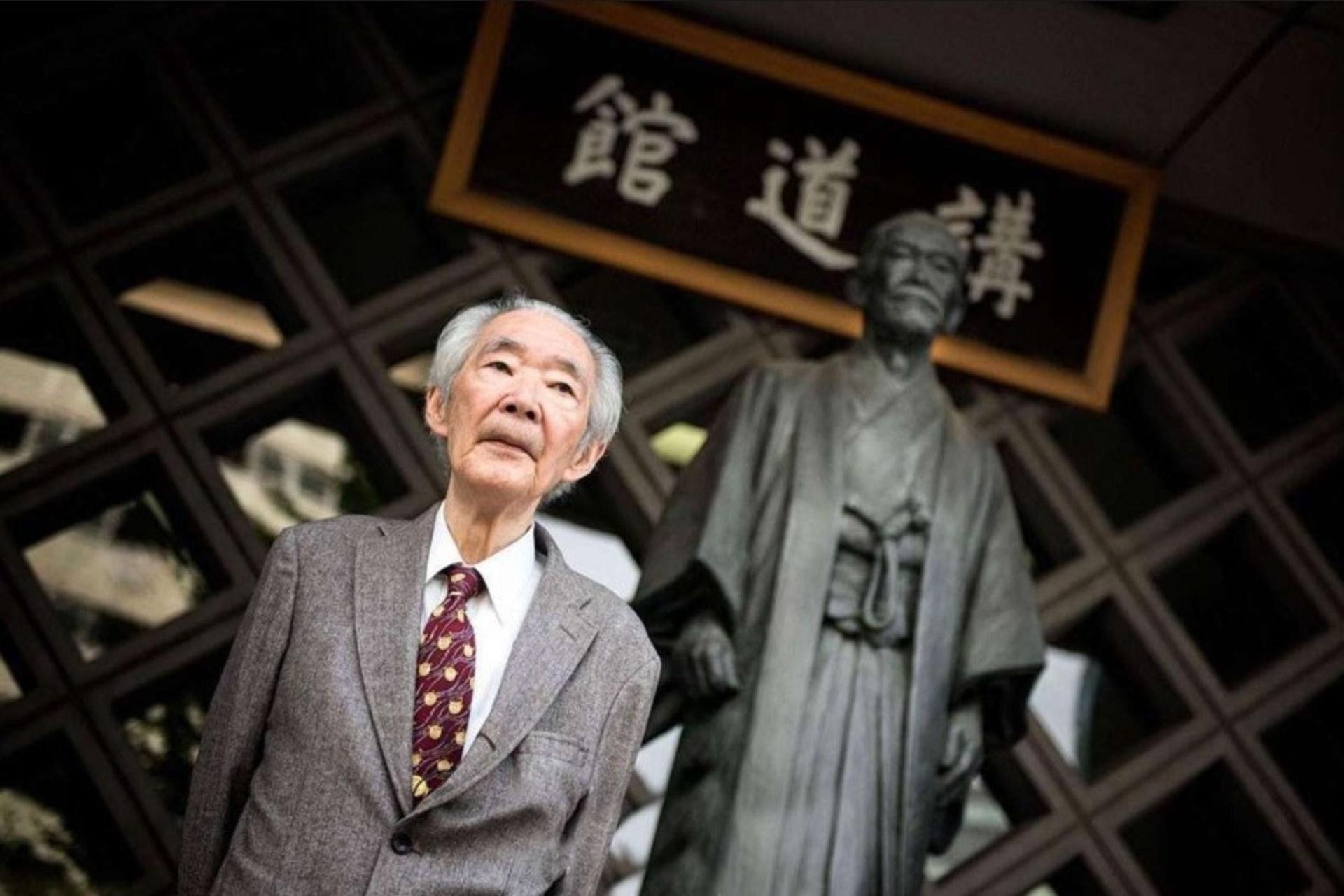嘉納行光1932年於東京出生,父親為講道館第三代館長嘉納履正(1900—1986)。(圖片擷取自︰ijf 網頁)