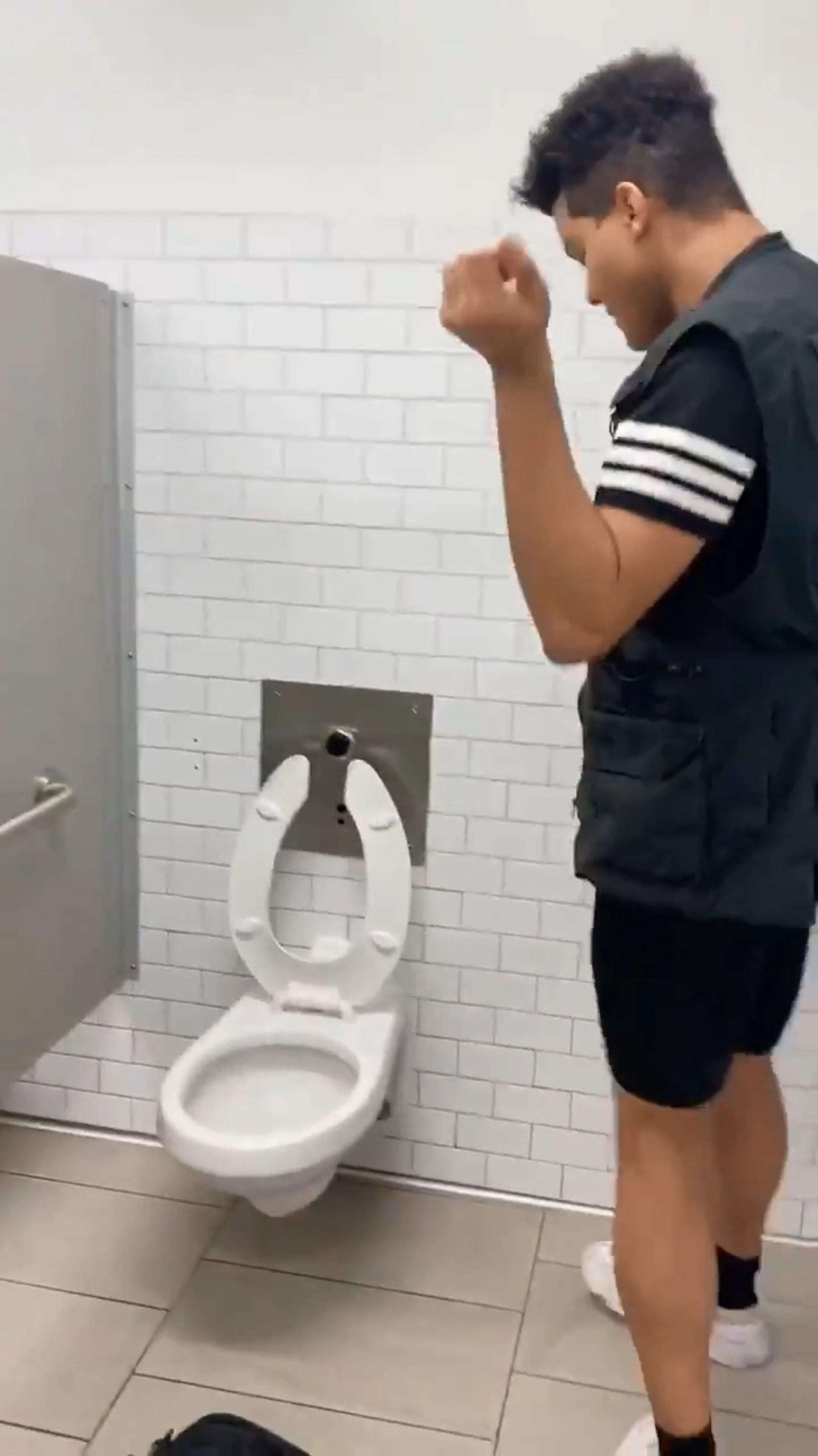 安安 你還好嗎?YouTuber接受「舔廁挑戰」 如今「下場出爐」…:看吧!挑戰超成功der