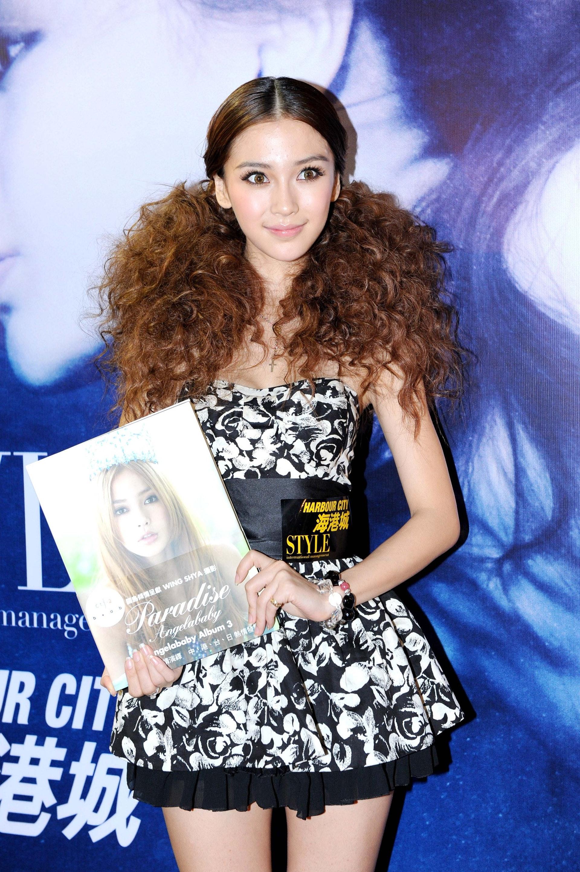 2010年Angelababy 為她的第三本寫真《Angelababy Paradise》宣傳。(視覺中國)