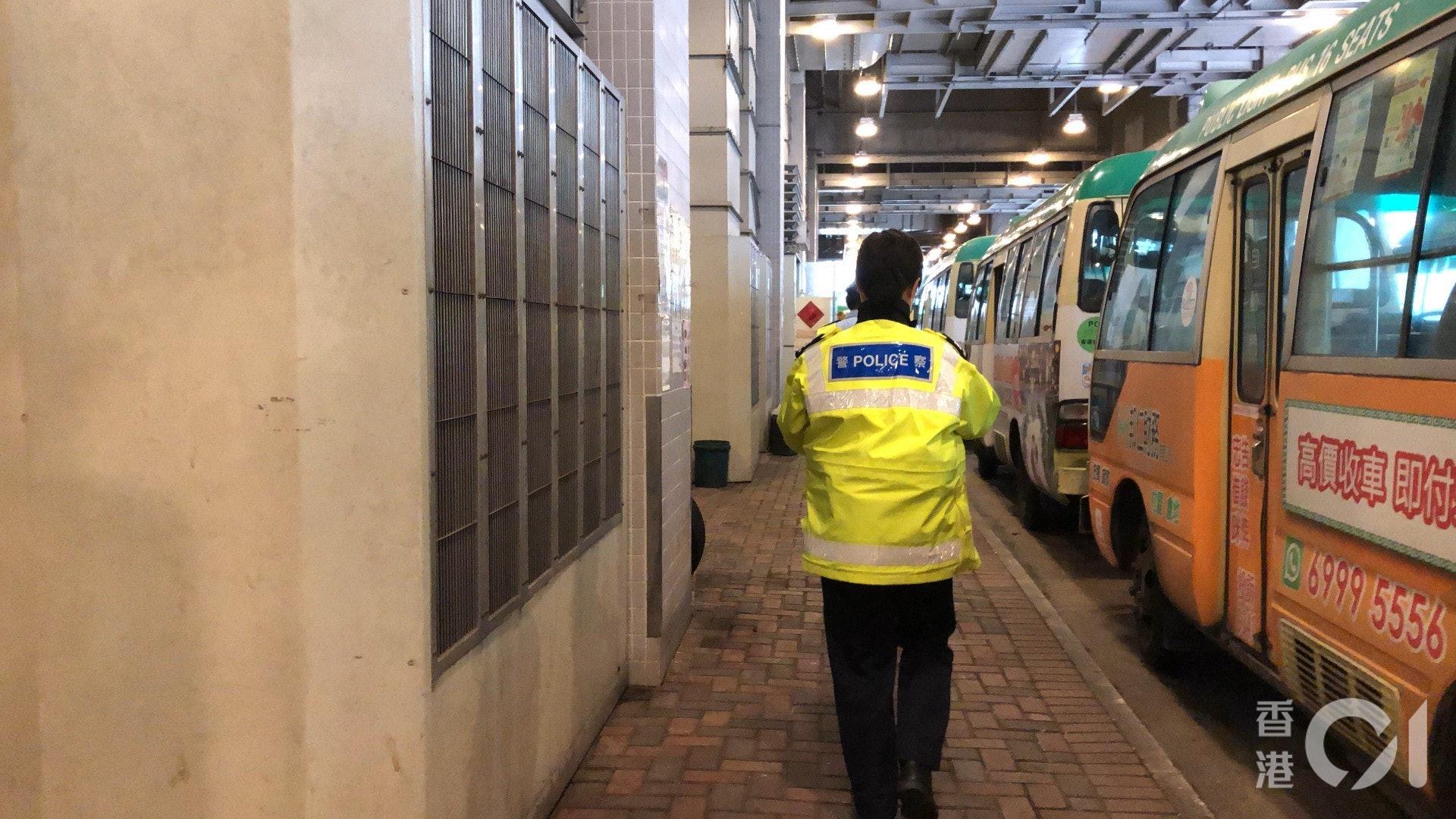 交通警在屯門西鐵站小巴總站尋獲涉事小巴。(鄧栢良攝)