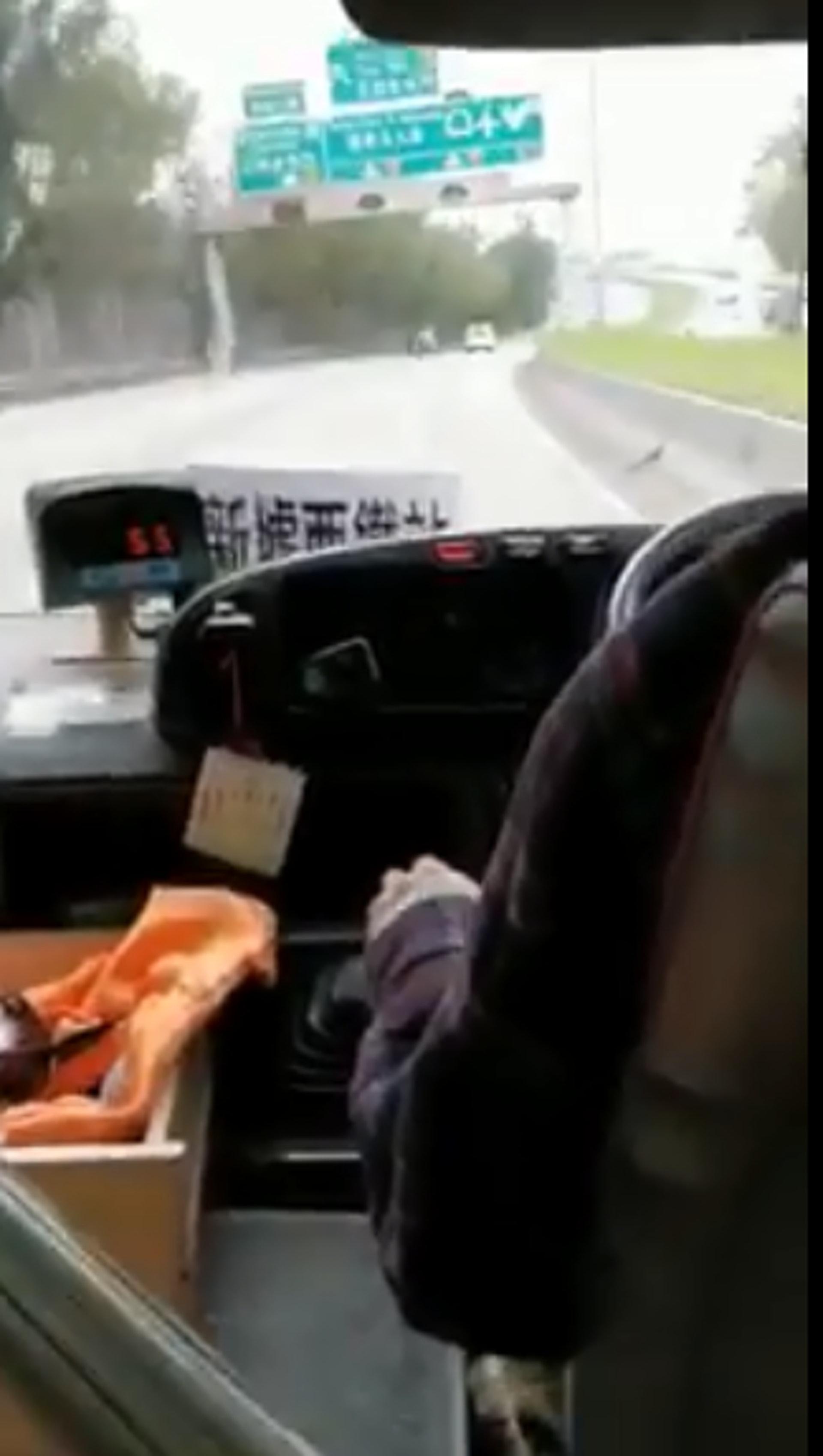 網上流傳片段一輛上水44A小巴昨日(1日)下午時份,駛至元朗公路往屯門方向時突然左搖右擺。(網上片段截圖)