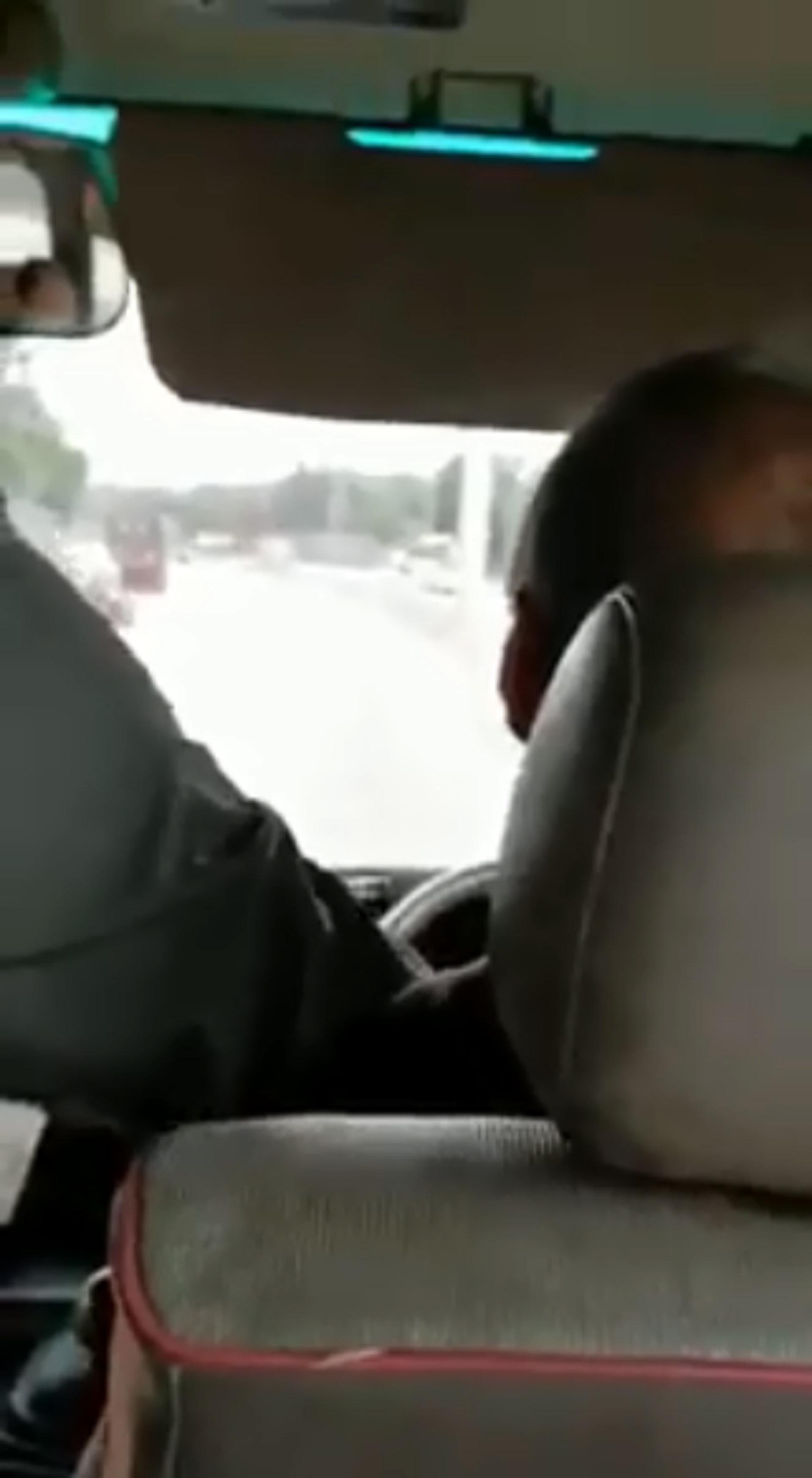 乘客驚呼,客不斷要求司機停車,有人放聲痛哭,但司機不為所動。男乘客上前搶軚控制小巴。(網上片段截圖)