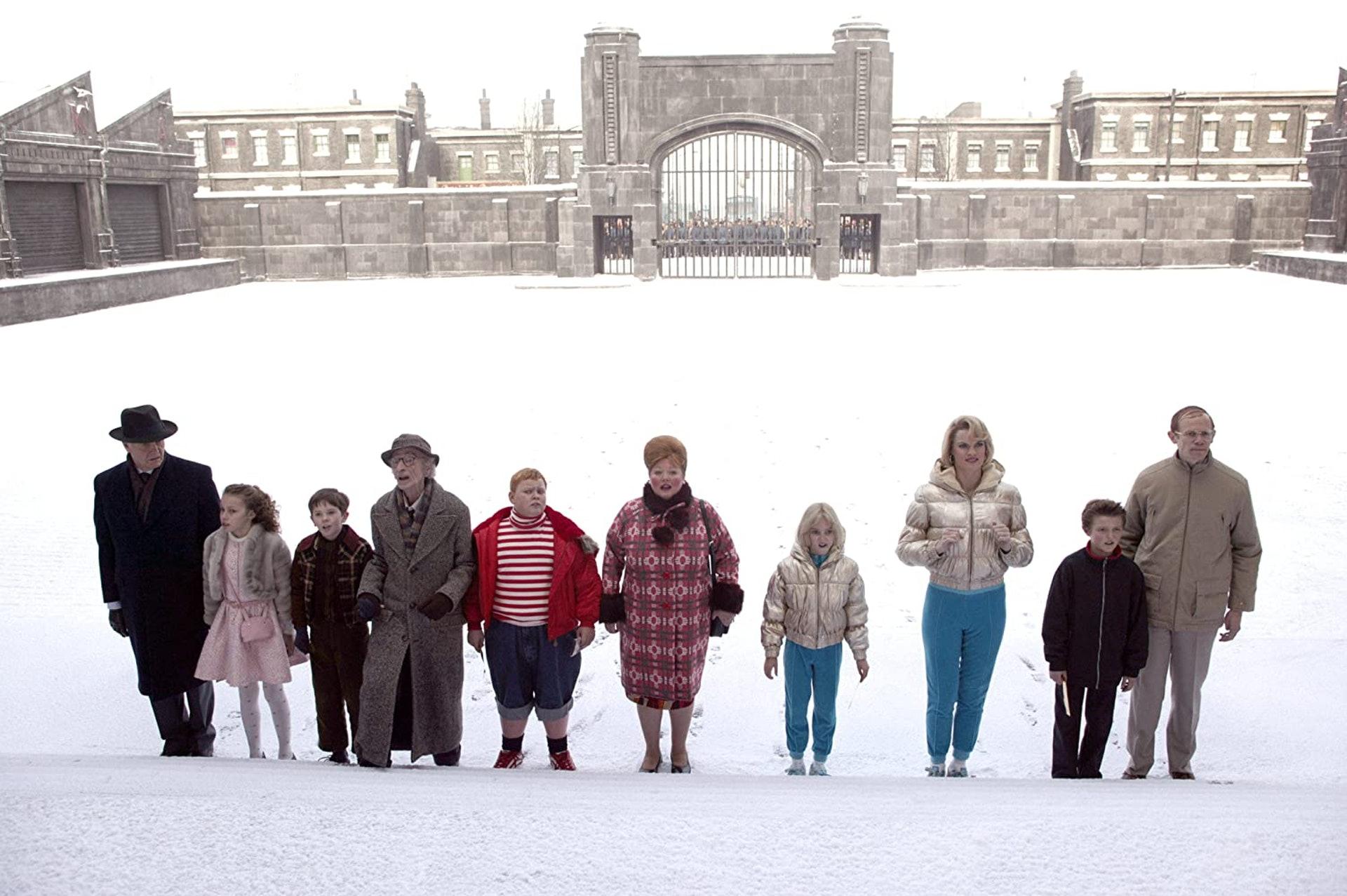 《朱古力獎門人》當年有5位童星參演,可惜最後只有Freddie Highmore(左三)成功彈起。(《朱古力獎門人》劇照)