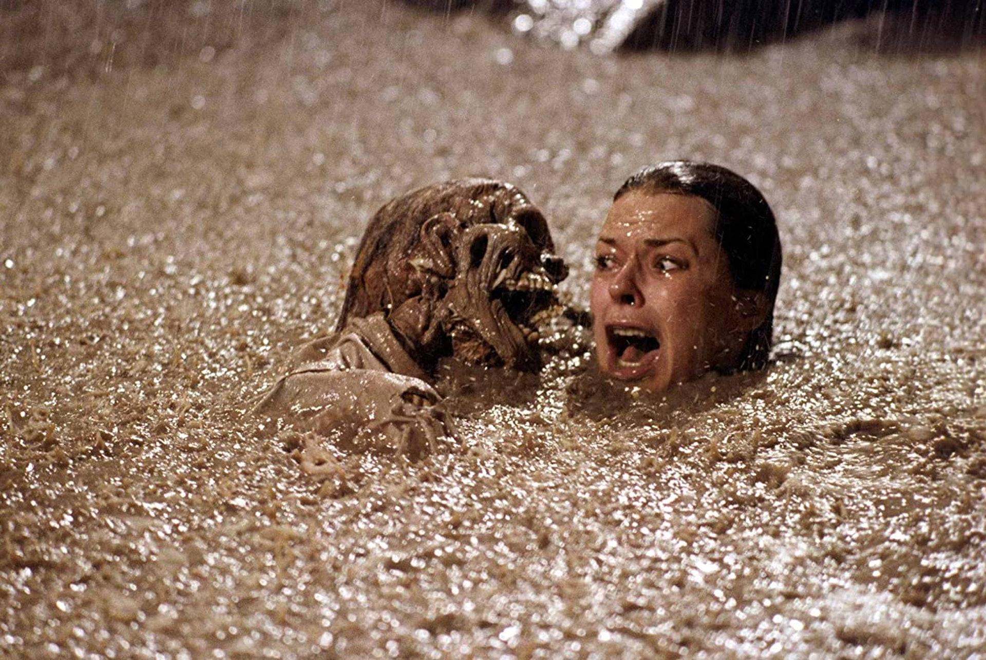 當時女演員JoBeth Williams以為骷髏是道具骨架,但其實是真人骨架。(《鬼驅人》劇照)