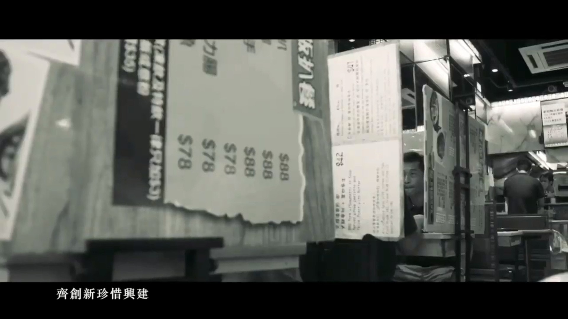 有市民出外用餐需要以餐牌築起圍板的畫面。(影片截圖)