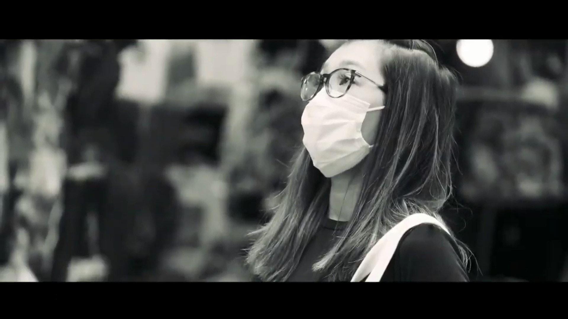 有市民戴上口罩的片段。(影片截圖)